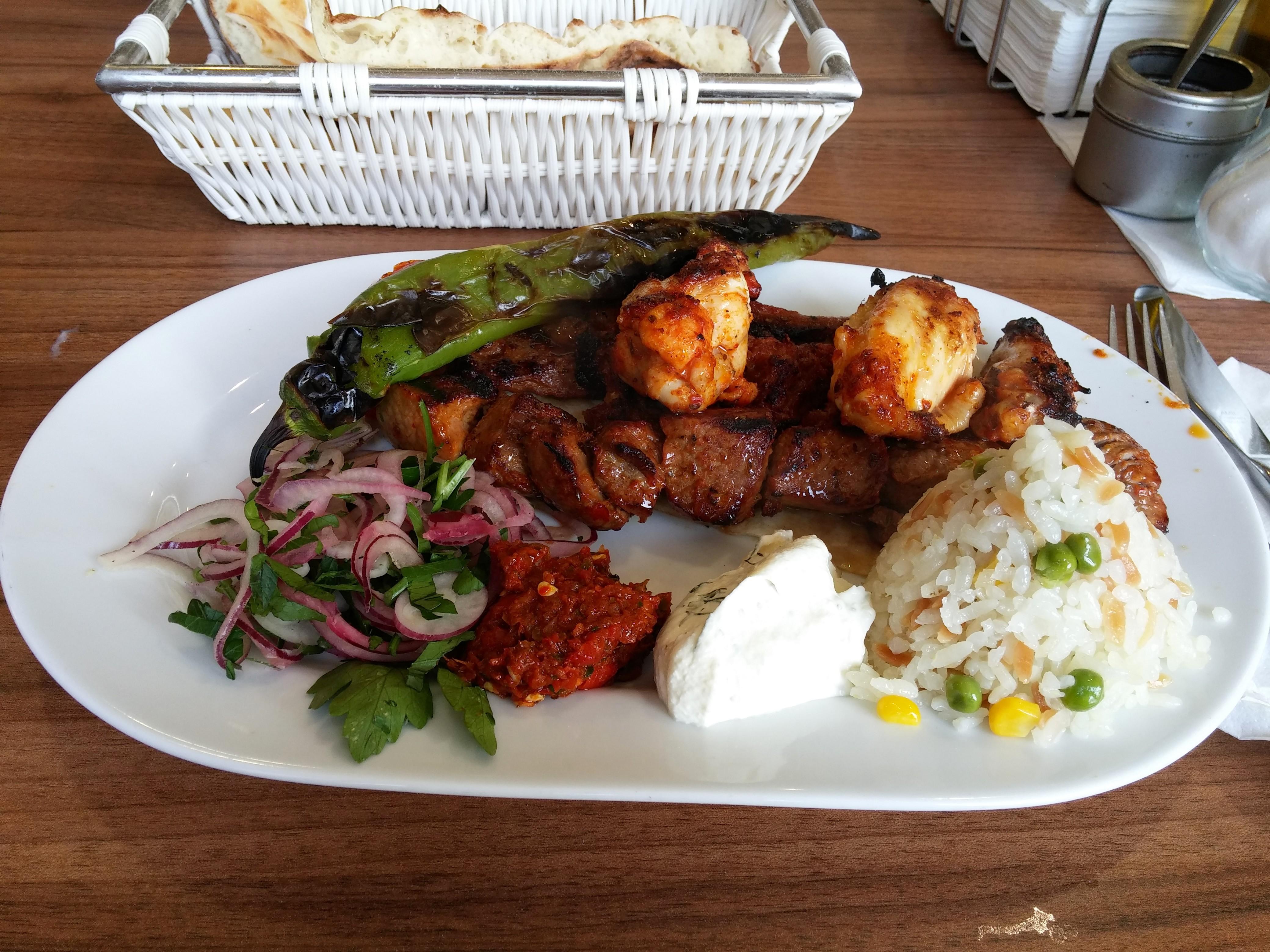 http://foodloader.net/nico_2014-11-14_koez-grillteller-mit-huehnchen-lamm-adana-rindfleisch-reis.jpg