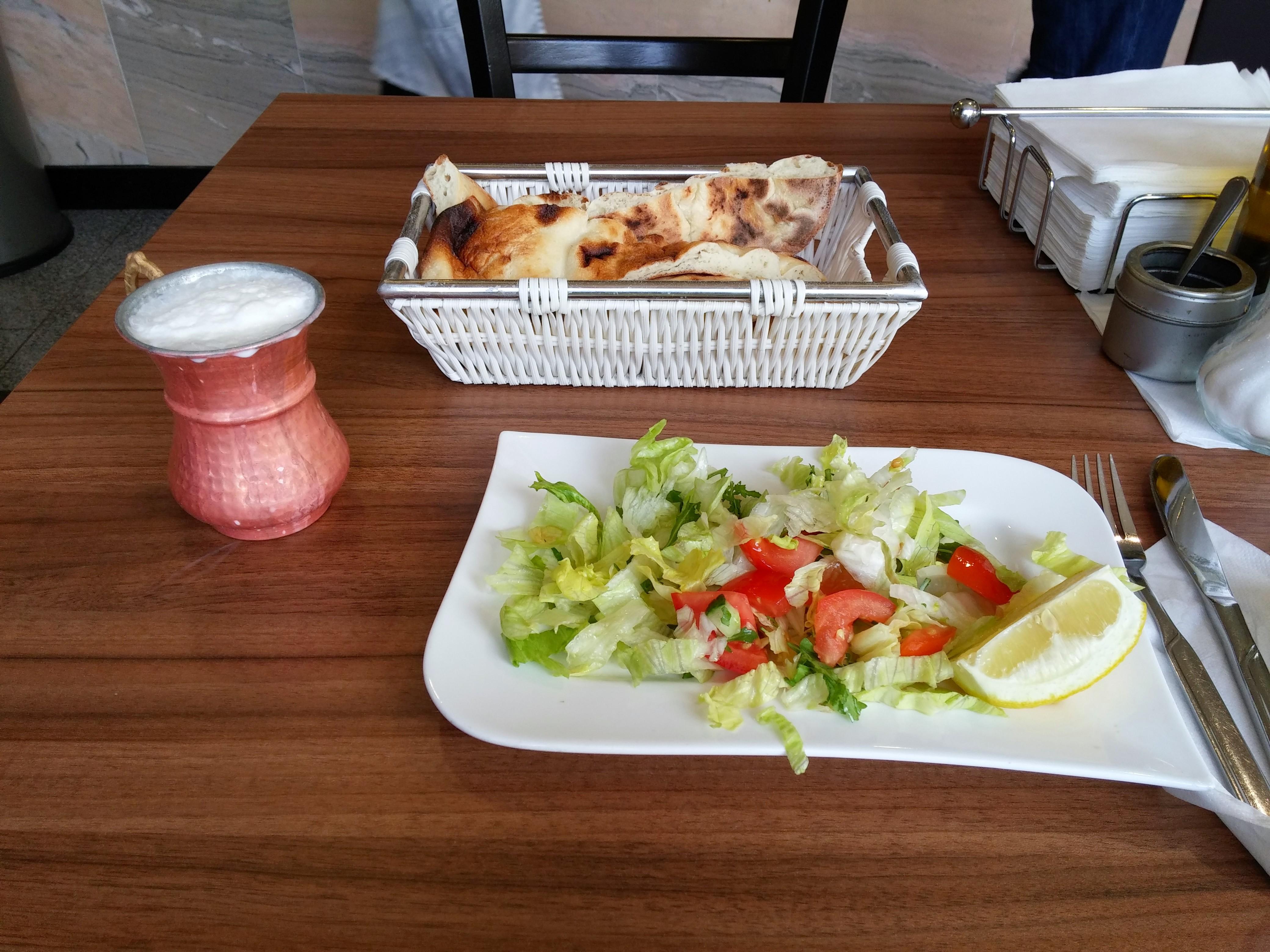 https://foodloader.net/nico_2014-11-14_salat-und-brot.jpg