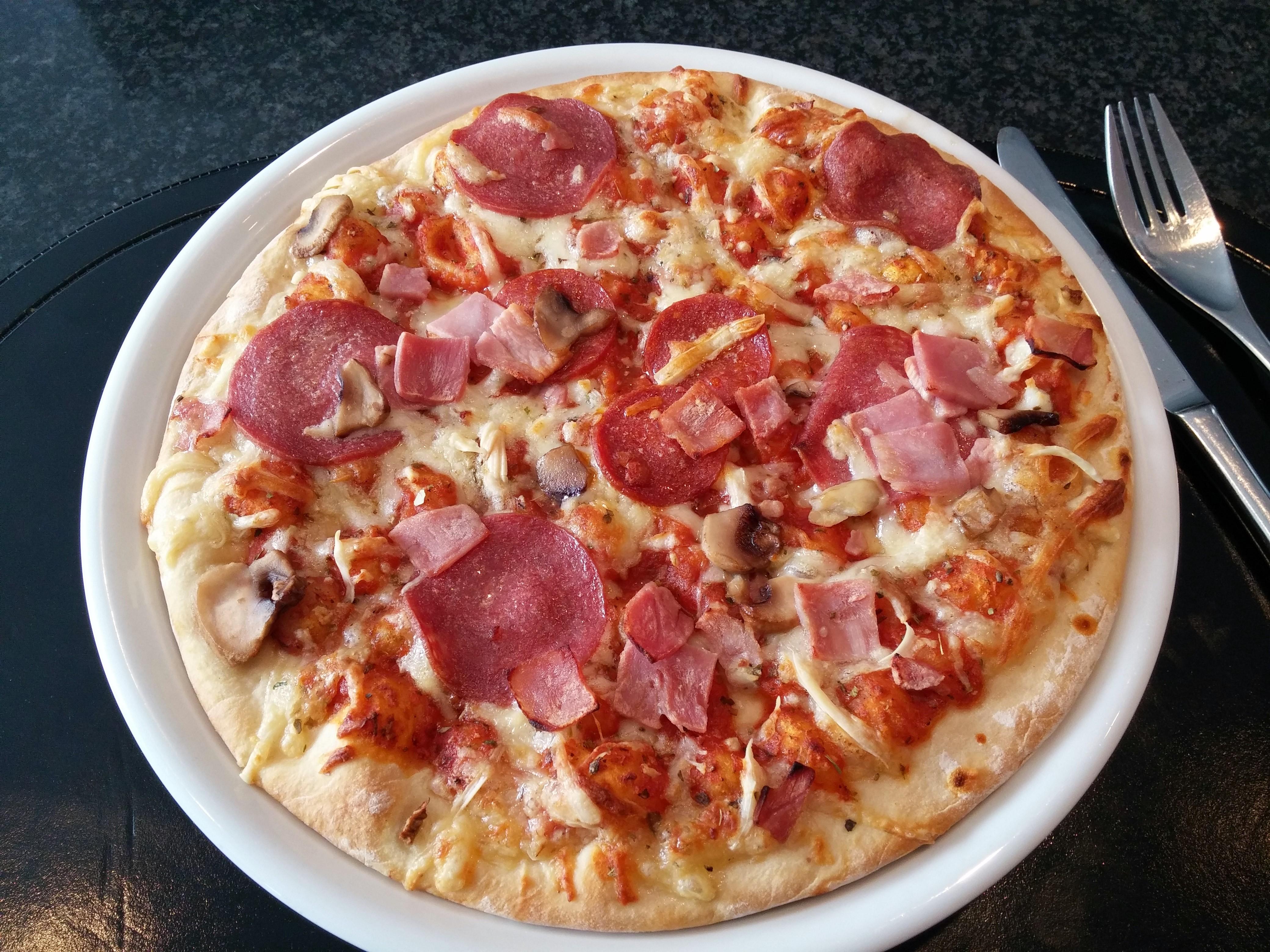 http://foodloader.net/nico_2014-11-15_pizza-speciale.jpg