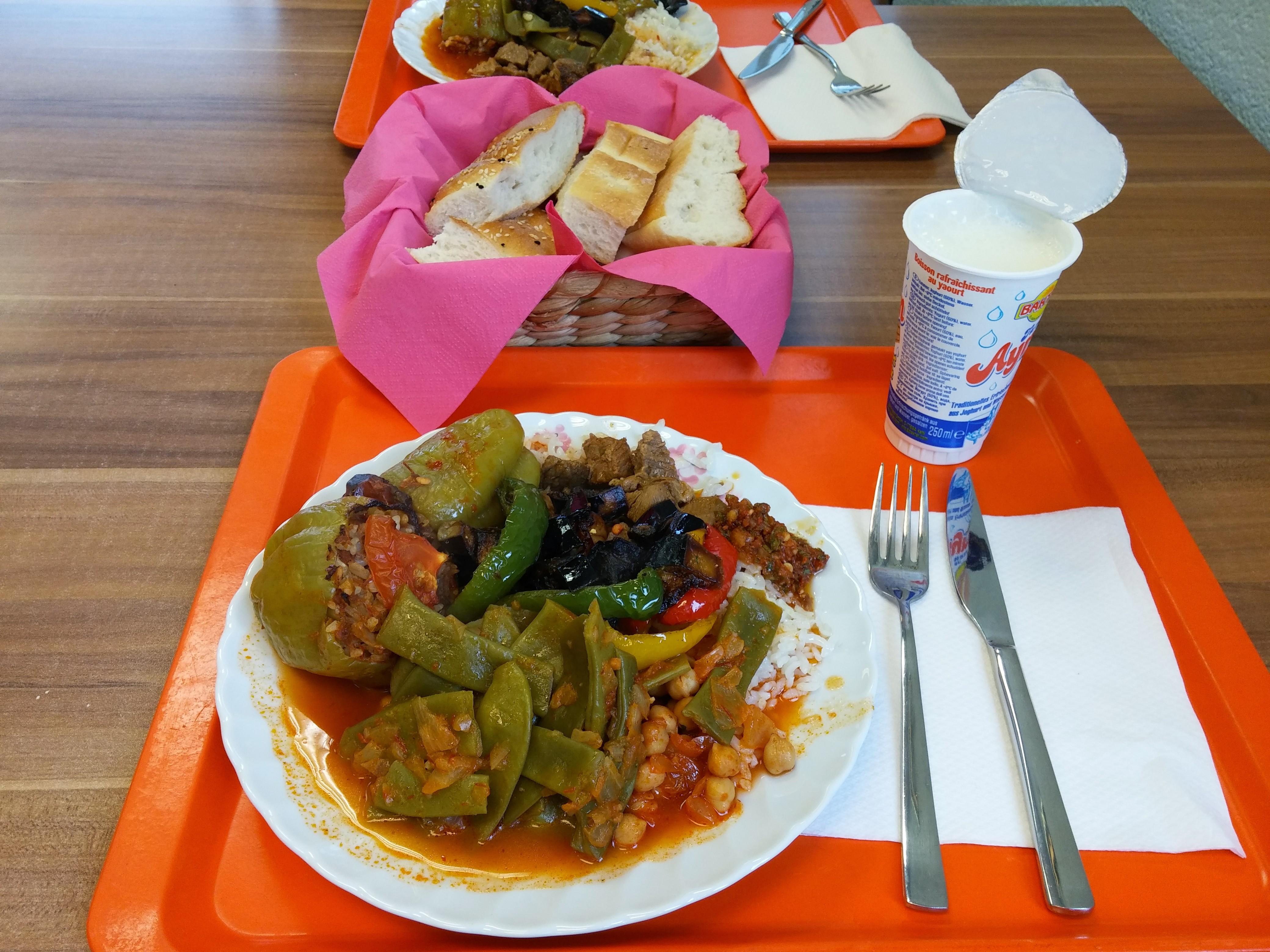 https://foodloader.net/nico_2014-11-20_reis-rindfleisch-gefuellte-paprikas-kichererbsen-bohnen-gemuese-brot.jpg