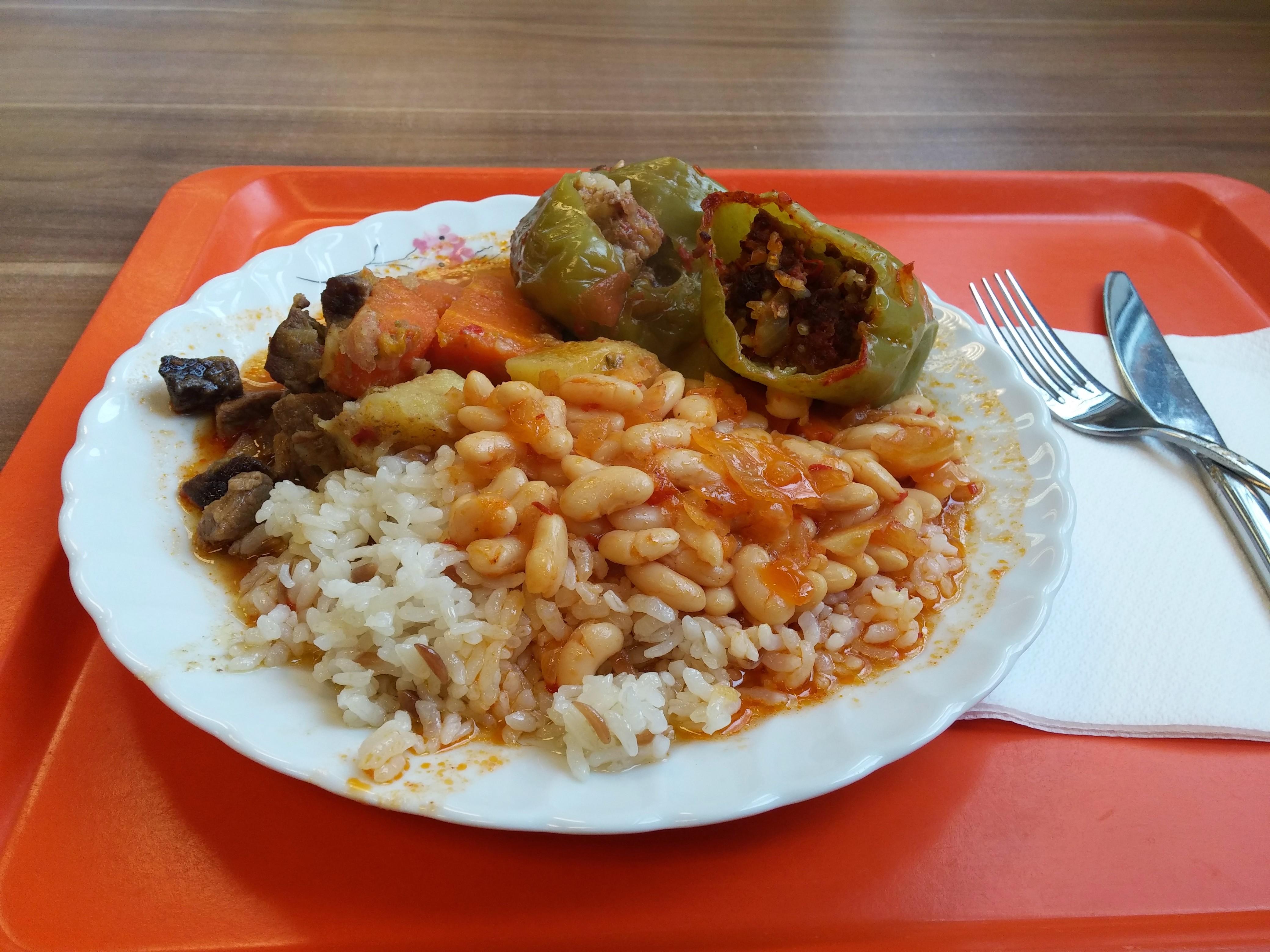 https://foodloader.net/nico_2014-11-26_reis-rindfleisch-bohnen-kartoffeln-gefuellte-paprikas-gemuese-brot.jpg