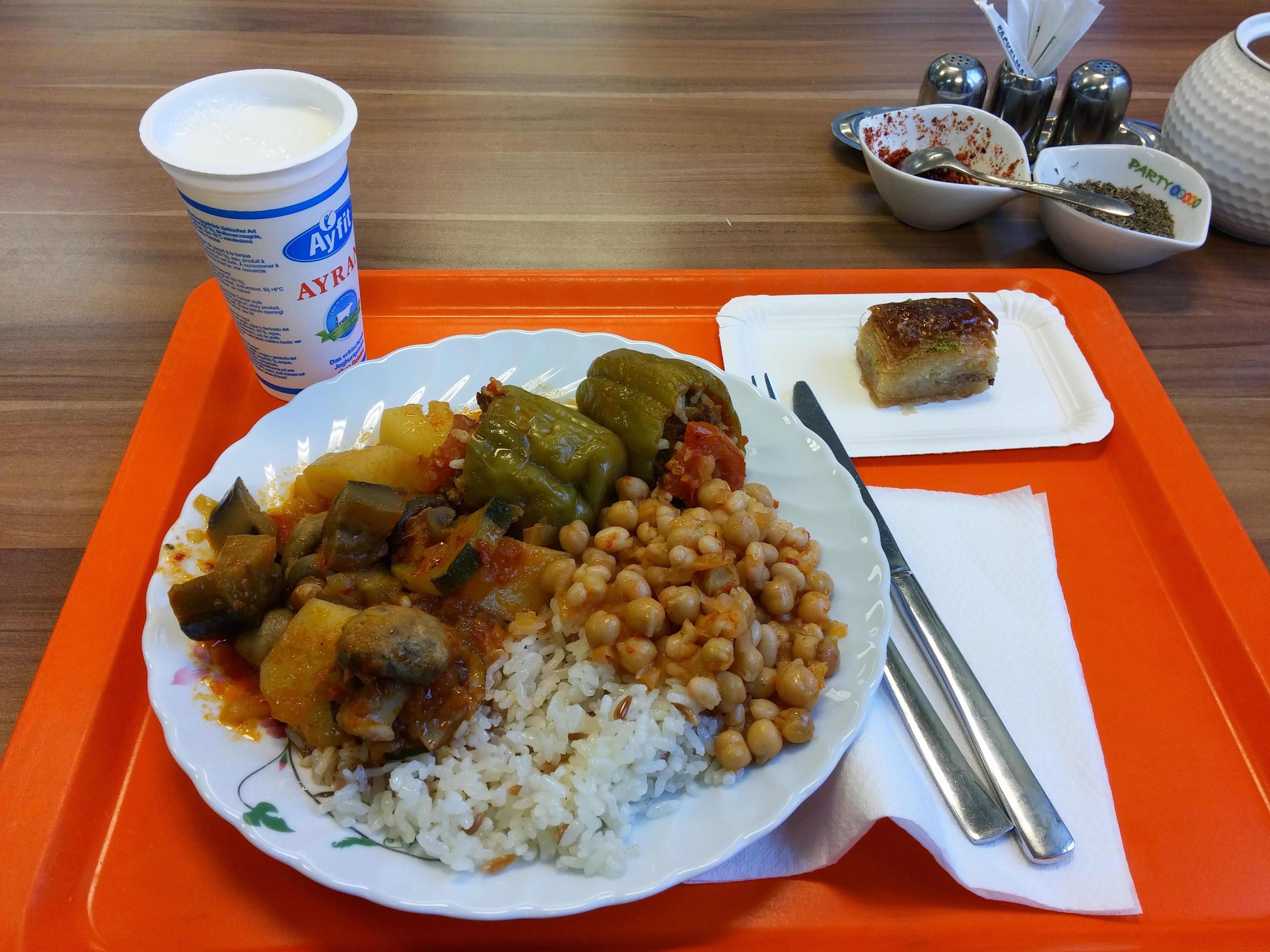 https://foodloader.net/nico_2014-12-03_gefuellte-paprikas-mit-reis-gemuese-kichererbsen-bohnen-und-baklava.jpg