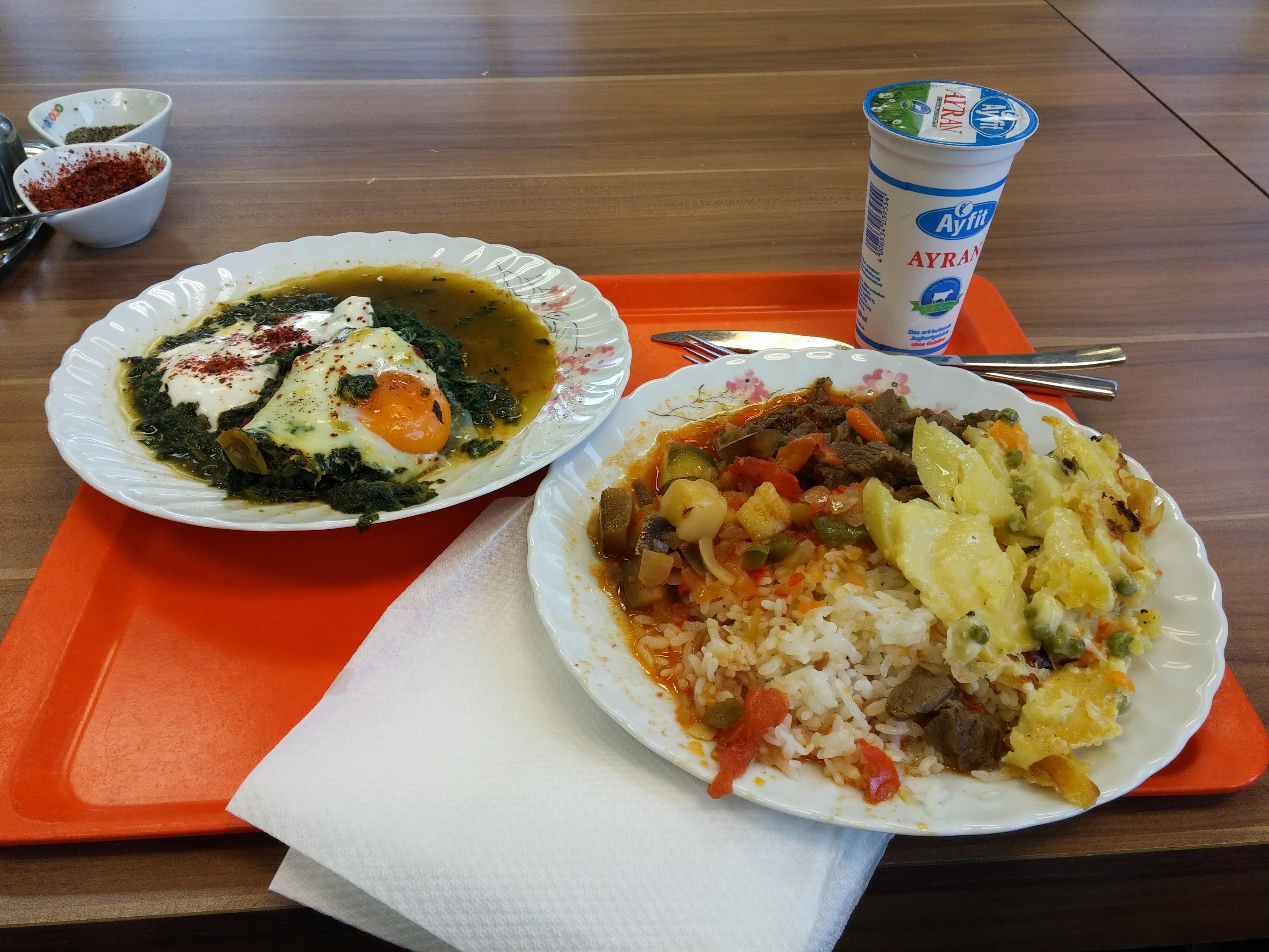 https://foodloader.net/nico_2014-12-19_rindfleisch-reis-kartoffeln-gemuese-spinat-spiegelei.jpg