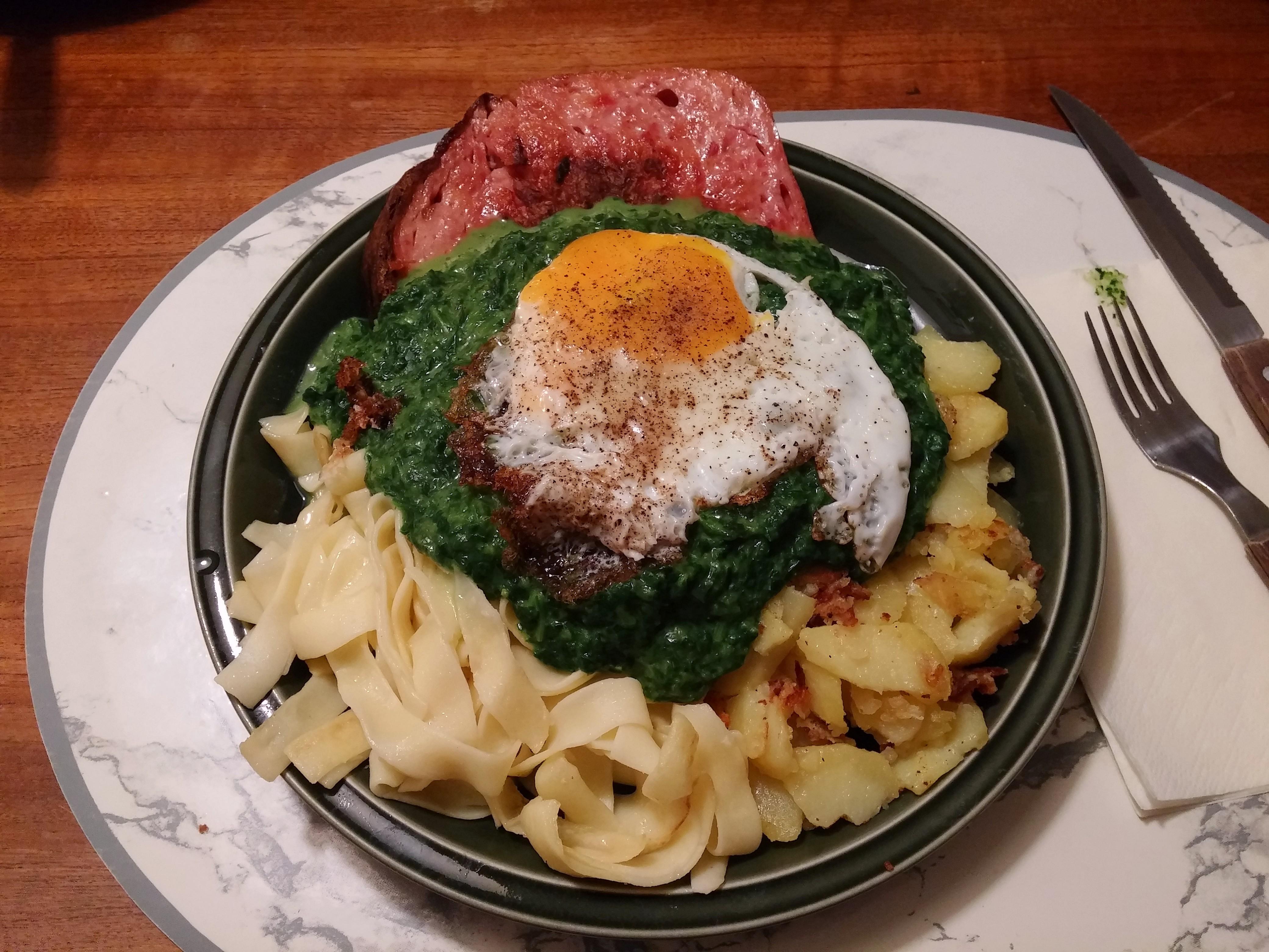https://foodloader.net/nico_2015-01-21_fleischkaese-spinat-nudeln-bratkartoffeln-spiegelei.jpg