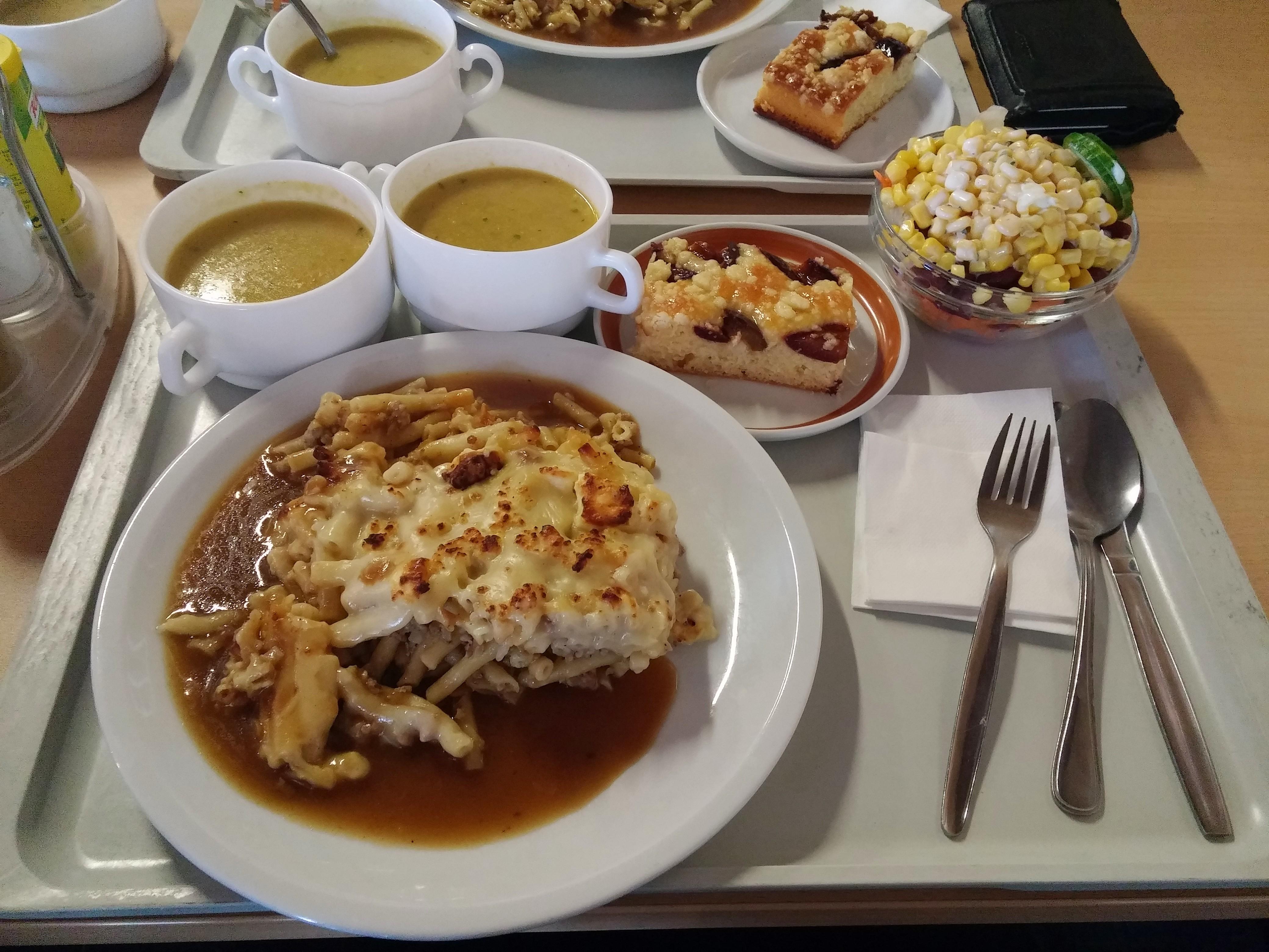 https://foodloader.net/nico_2015-02-12_nudelauflauf-mit-hackflfeisch-suppen-salat-nachtisch.jpg