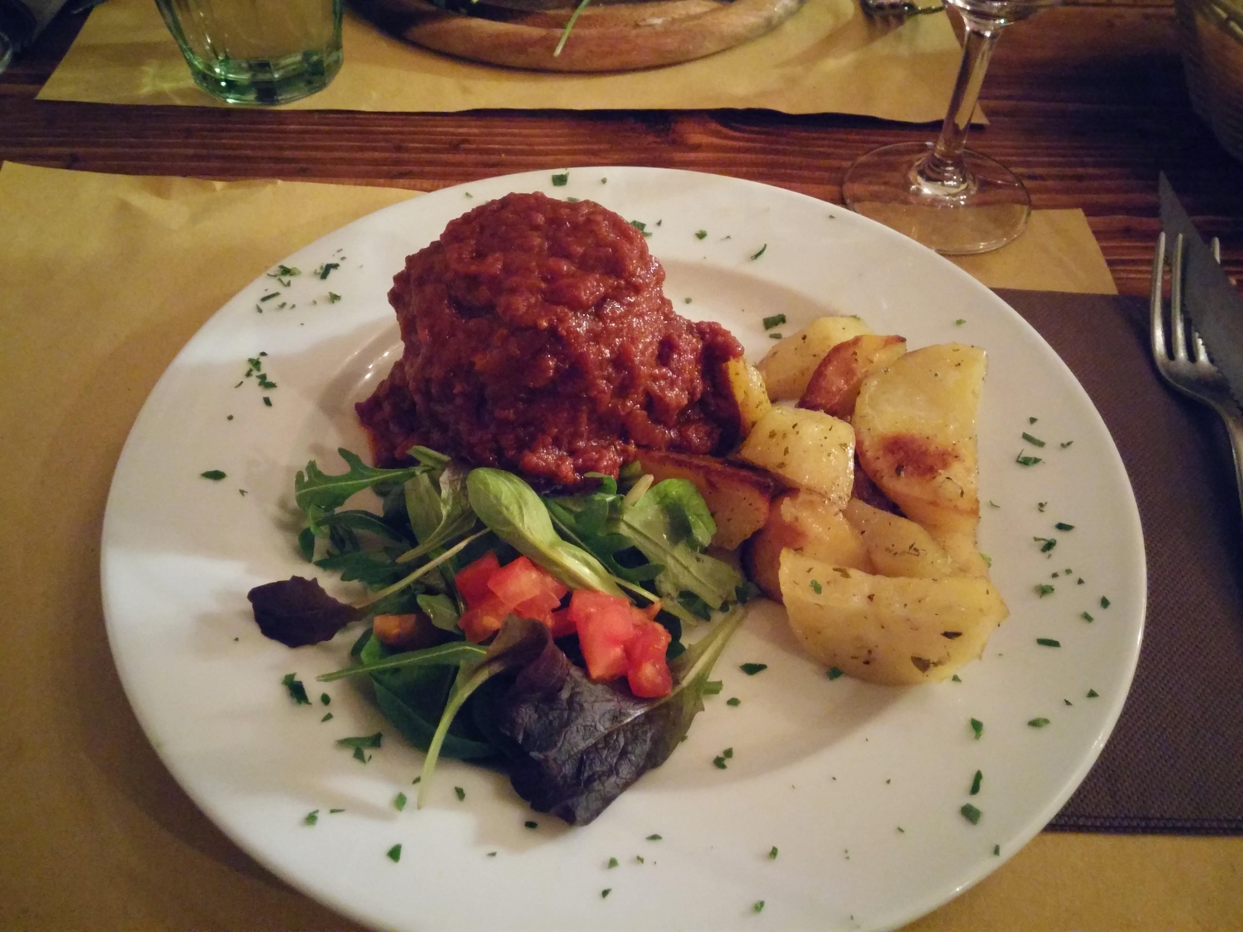 https://foodloader.net/nico_2015-02-22_fleischbaellchen-mit-bolognese-sauce-und-kartoffeln.jpg