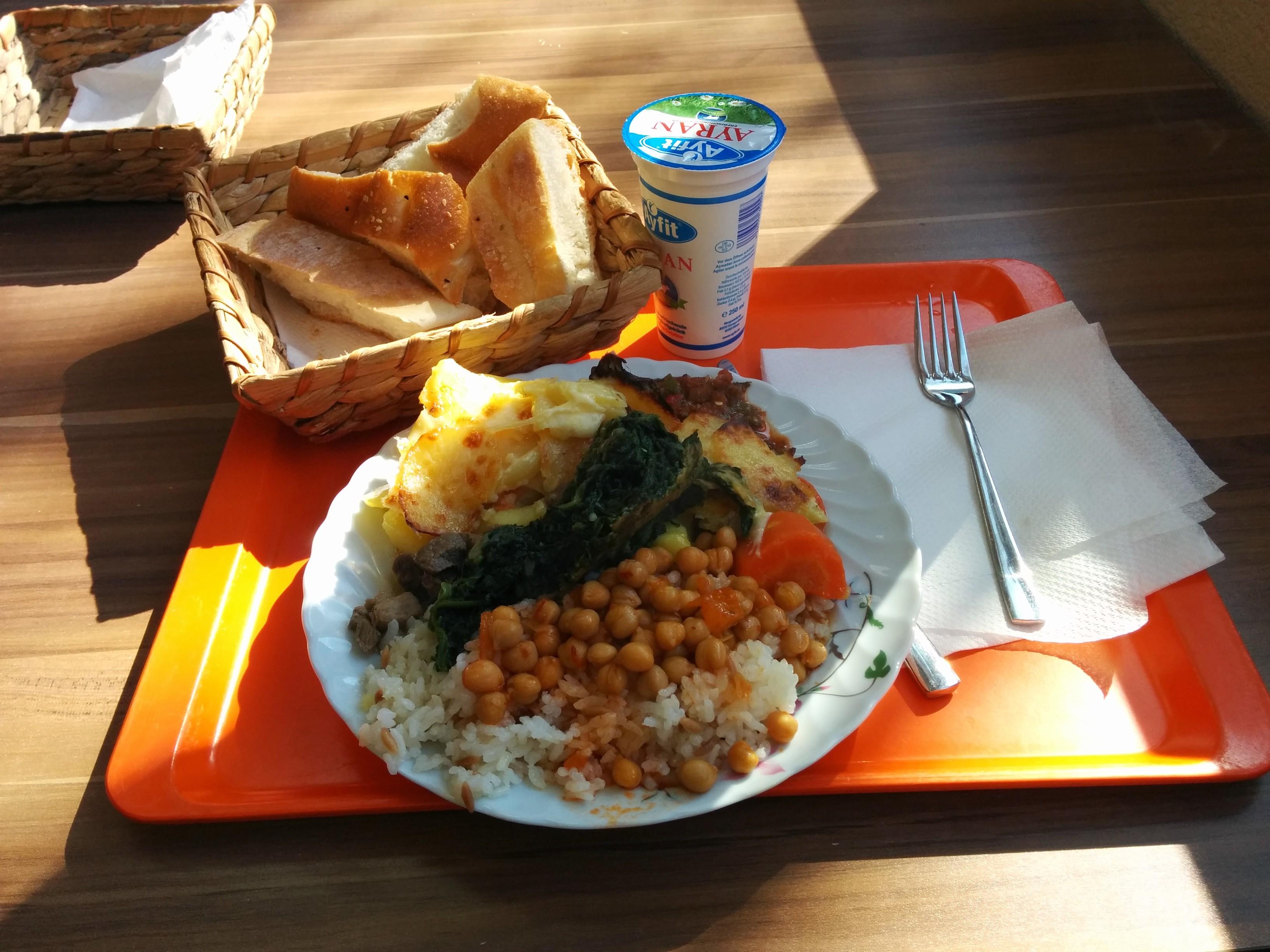 https://foodloader.net/nico_2015-03-09_reis-rindfleisch-kartoffeln-spinat-kichererbsen-brot.jpg