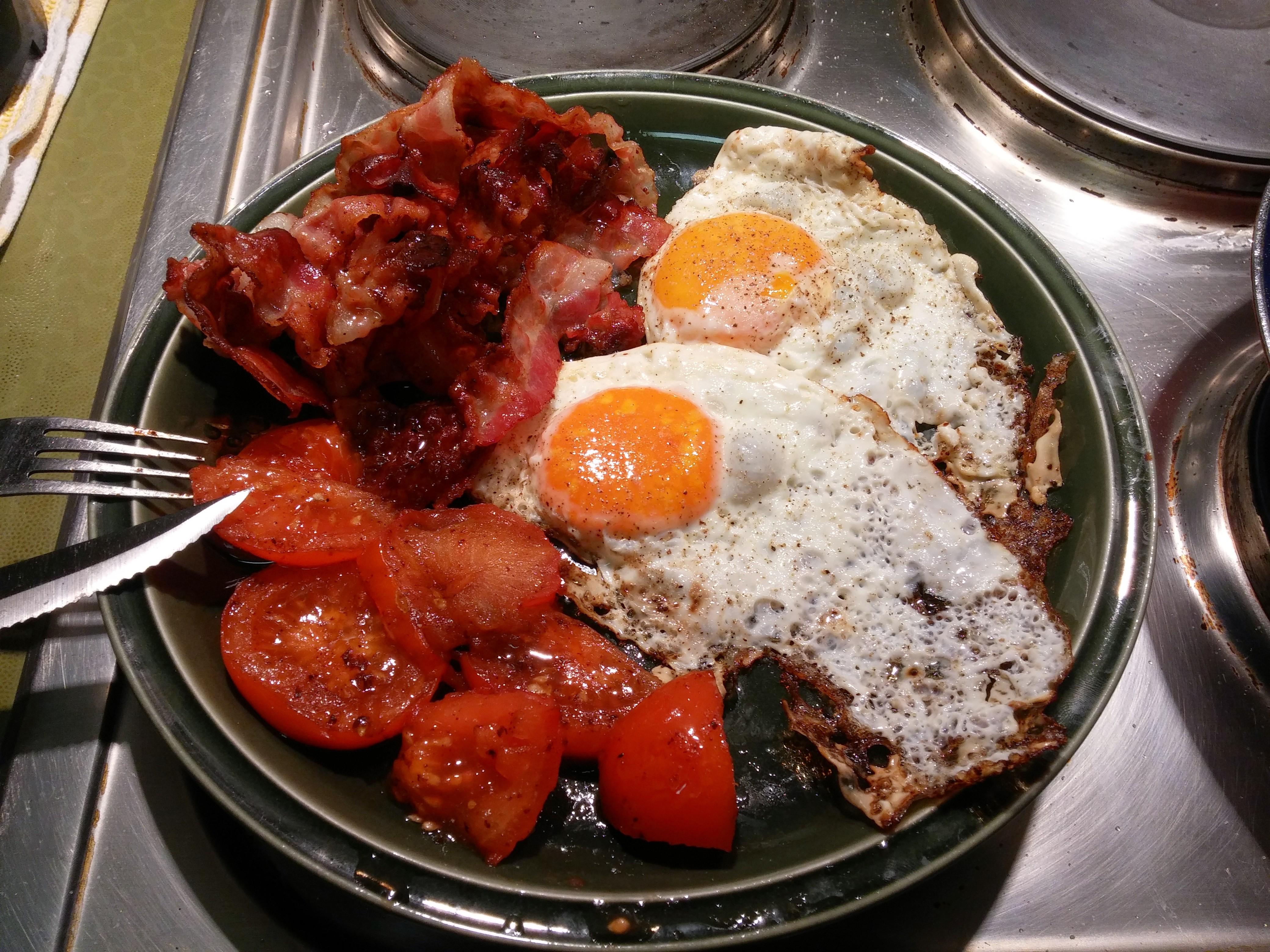 https://foodloader.net/nico_2015-04-15_spiegeleier-mit-bacon-und-tomate.jpg