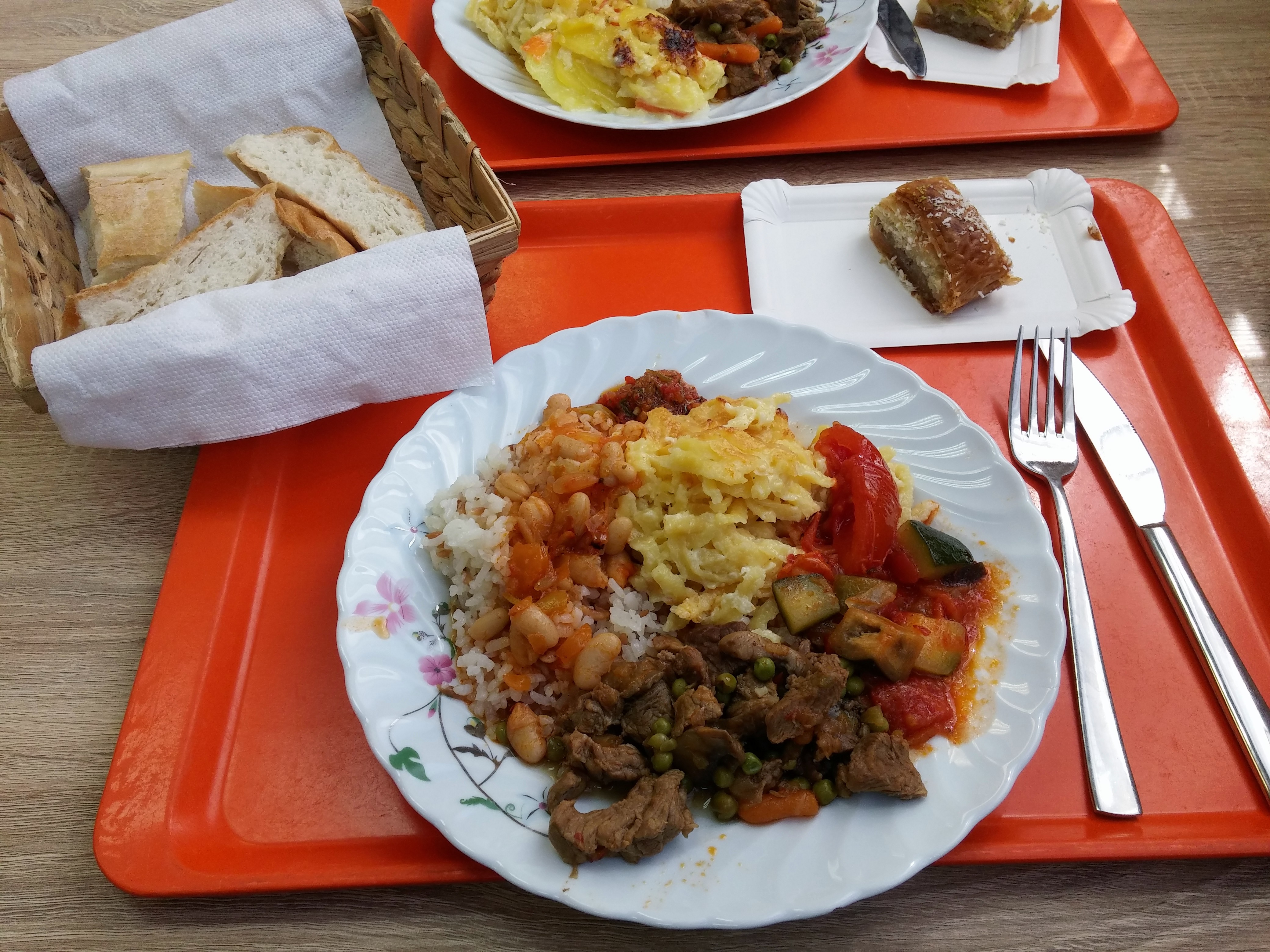 http://foodloader.net/nico_2015-04-20_reis-rindfleisch-kaesespaetzle-gemuese-brot-baklava.jpg
