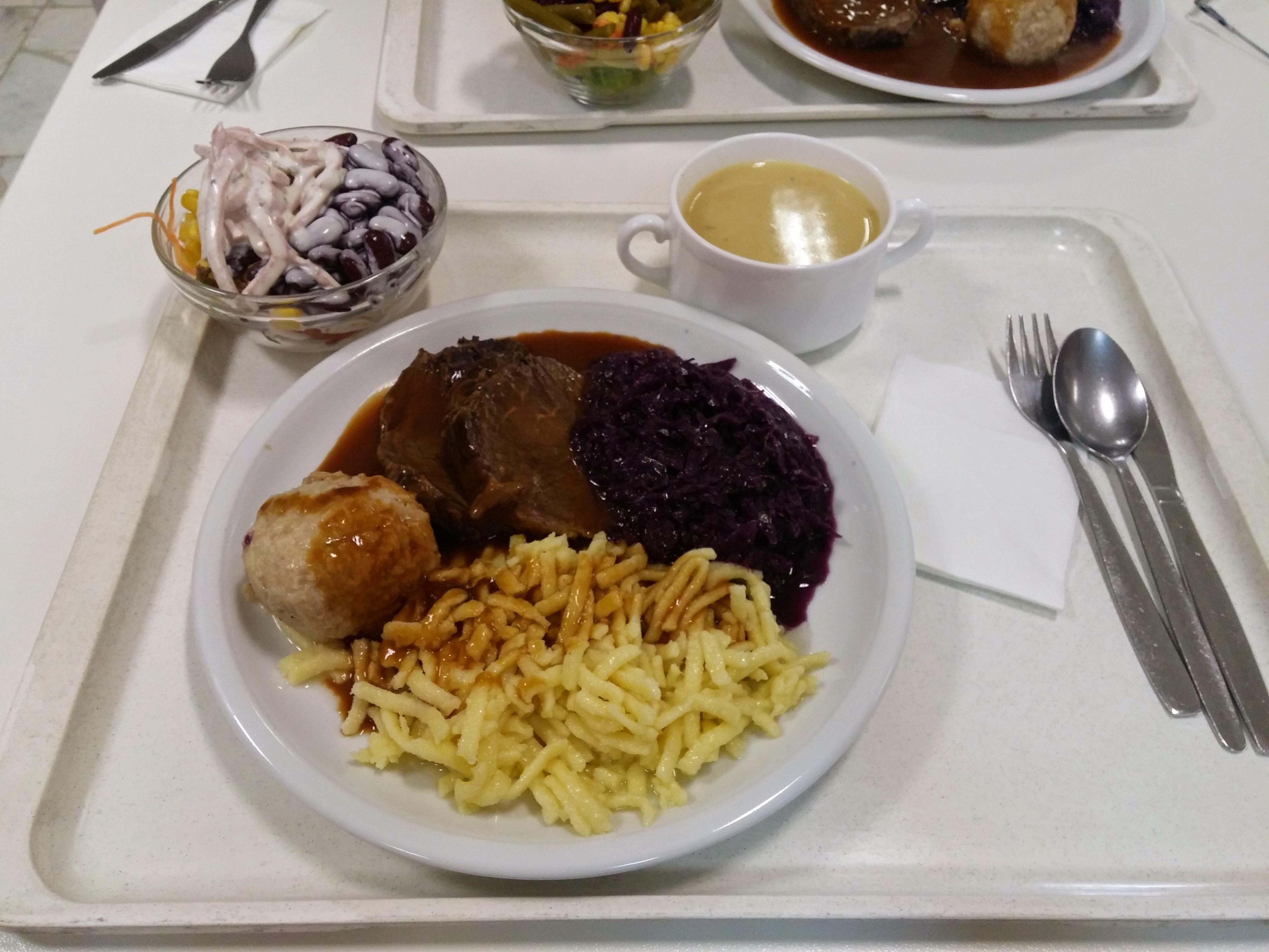 https://foodloader.net/nico_2015-05-13_sauerbraten-mit-knoedel-spaetzle-rotkraut-suppe-und-salat.jpg