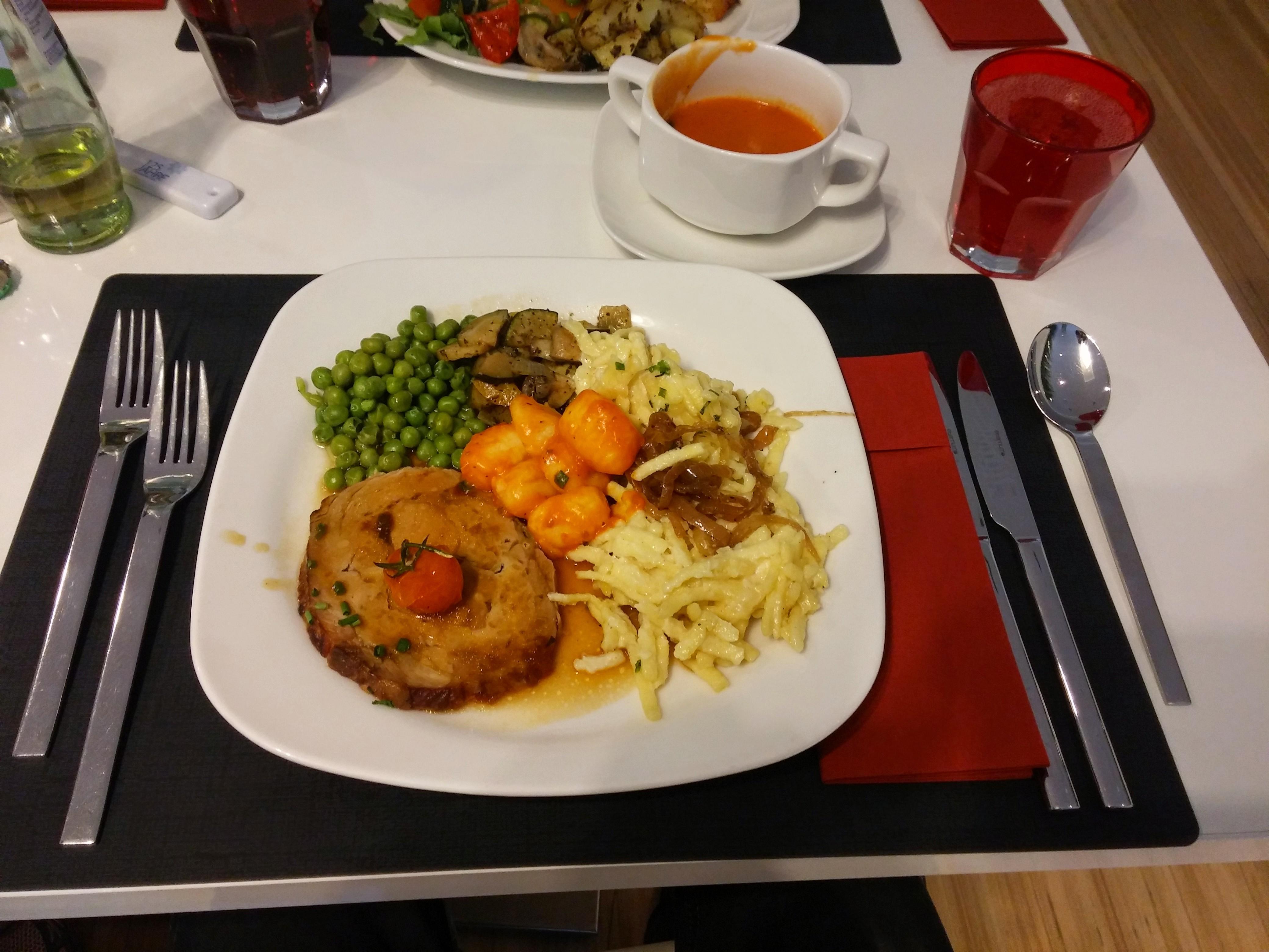 http://foodloader.net/nico_2015-05-19_braten-mit-kaesespaetzle-und-gemuese.jpg