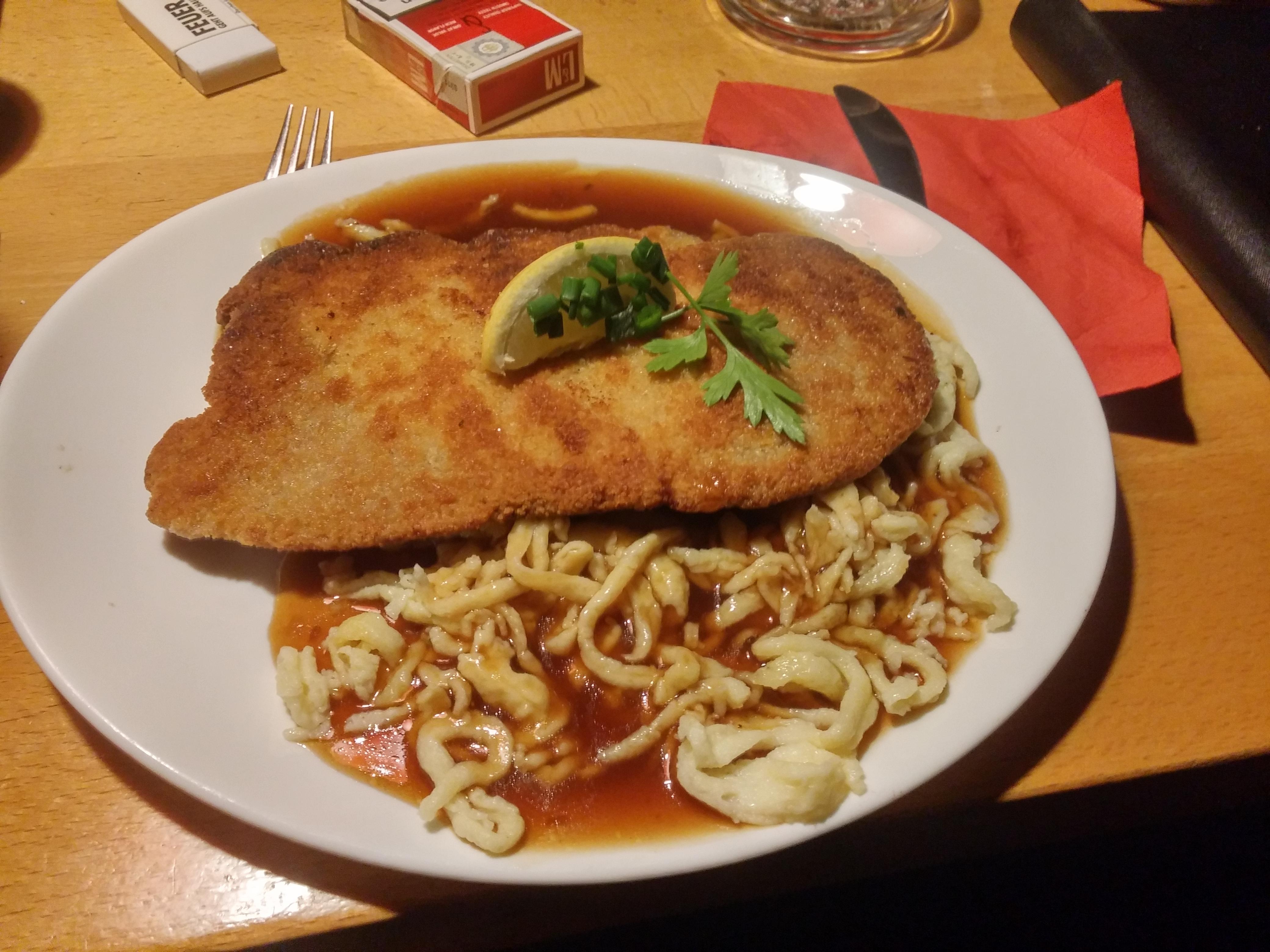 https://foodloader.net/nico_2015-06-05_paniertes-schnitzel-mit-spaetzle.jpg
