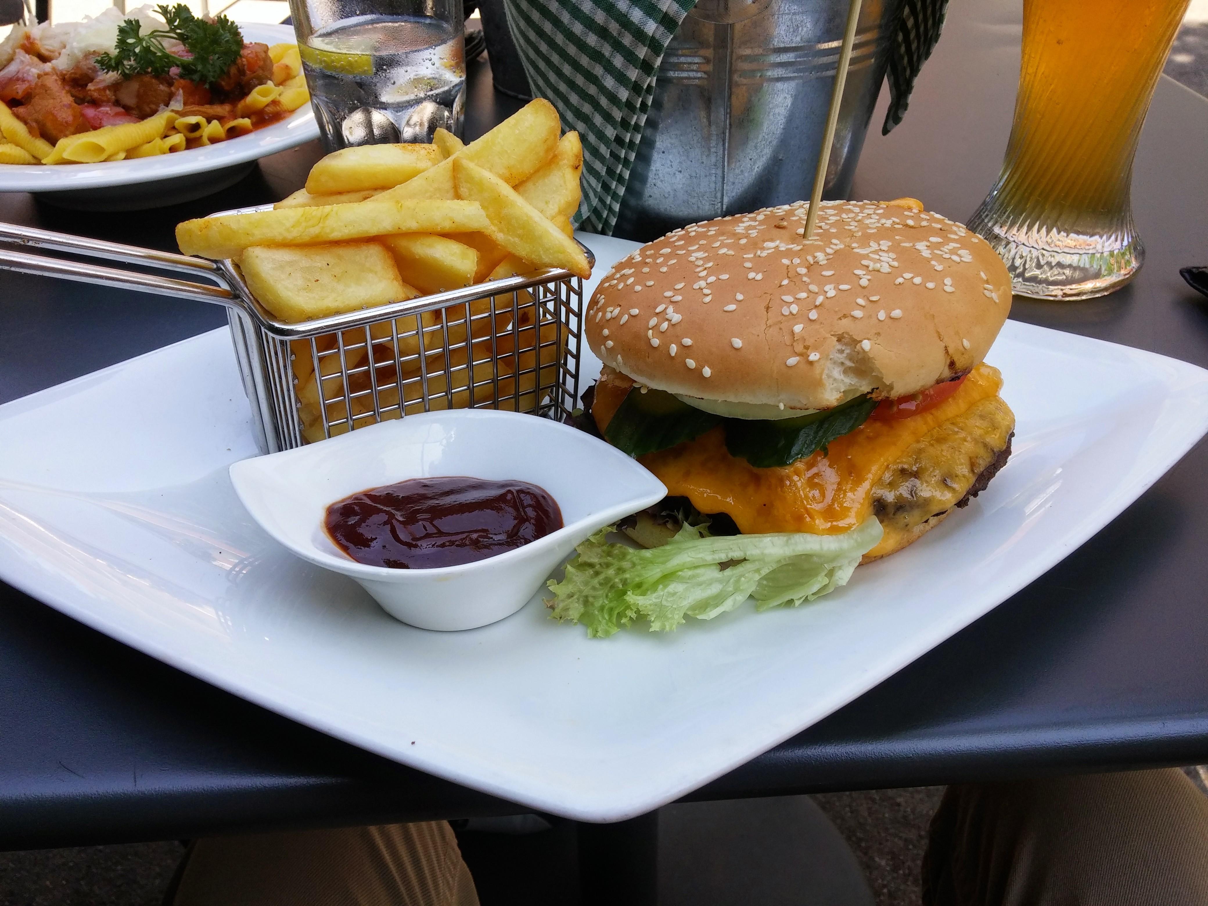 https://foodloader.net/nico_2015-06-12_cheeseburger-mit-pommes-frites.jpg