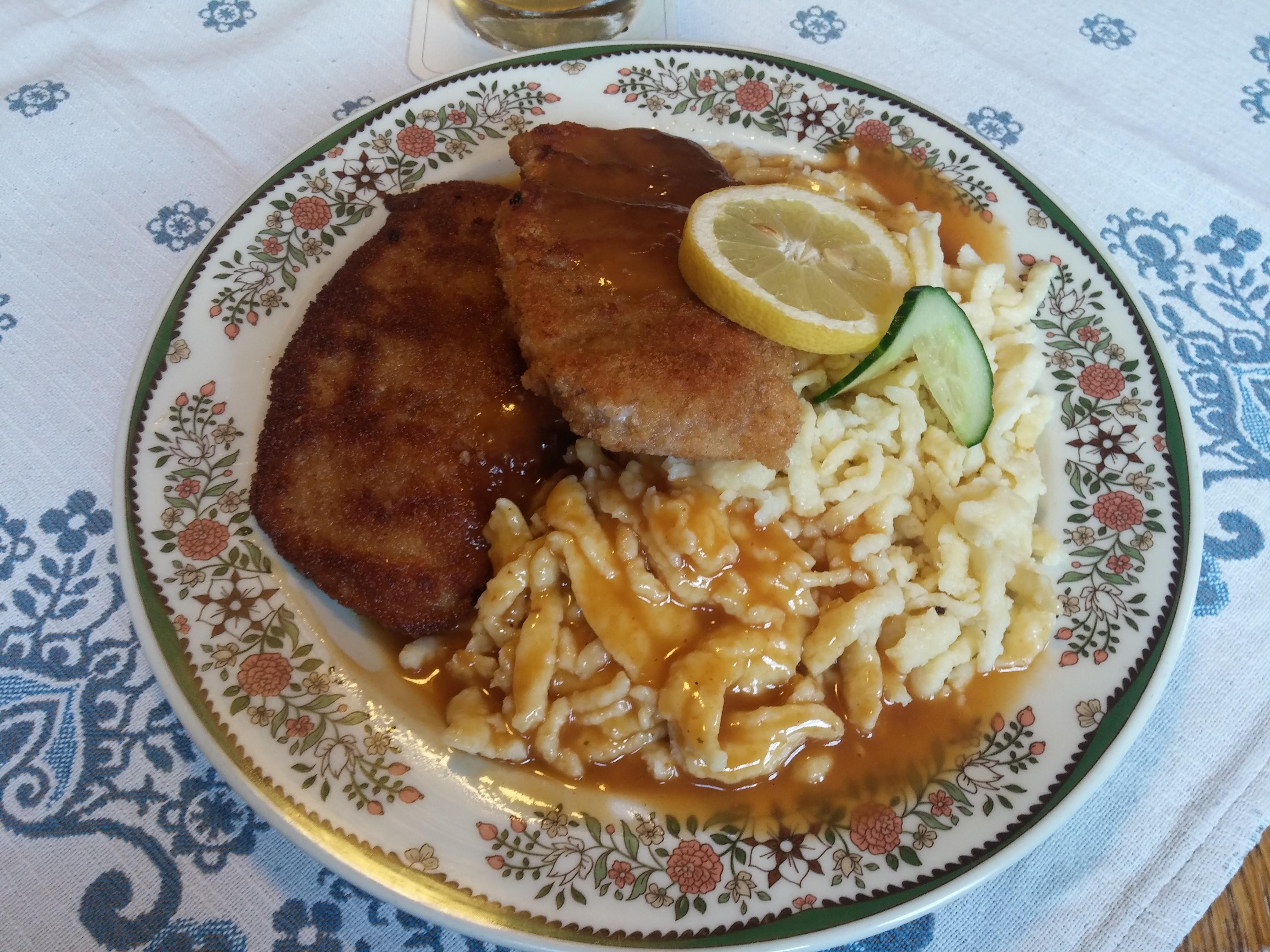 http://foodloader.net/nico_2015-06-28_panierte-schnitzel-mit-spaetzle-und-sauce.jpg