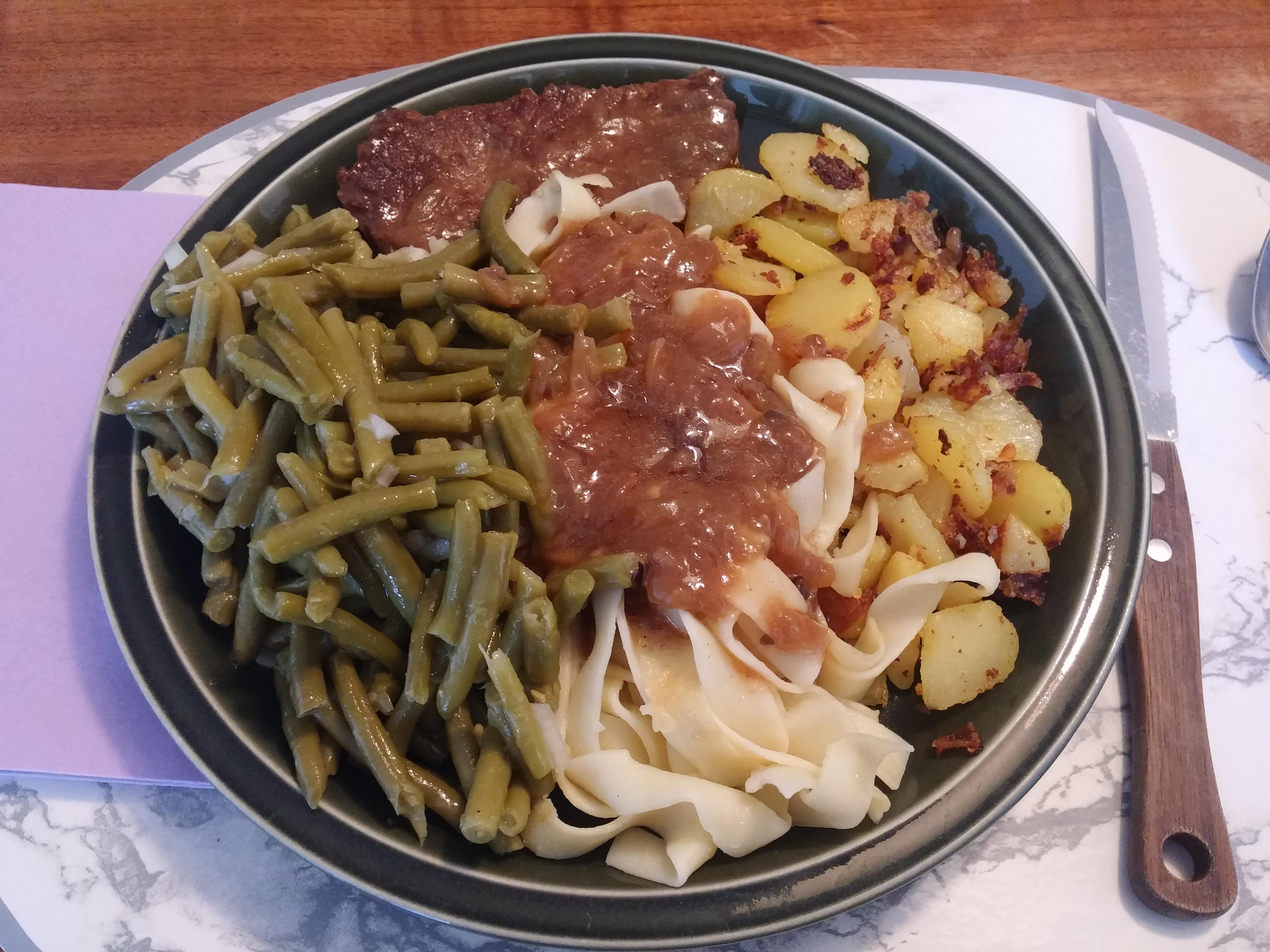 https://foodloader.net/nico_2015-07-15_rostbraten-mit-nudeln-bratkartoffeln-und-bohnensalat.jpg