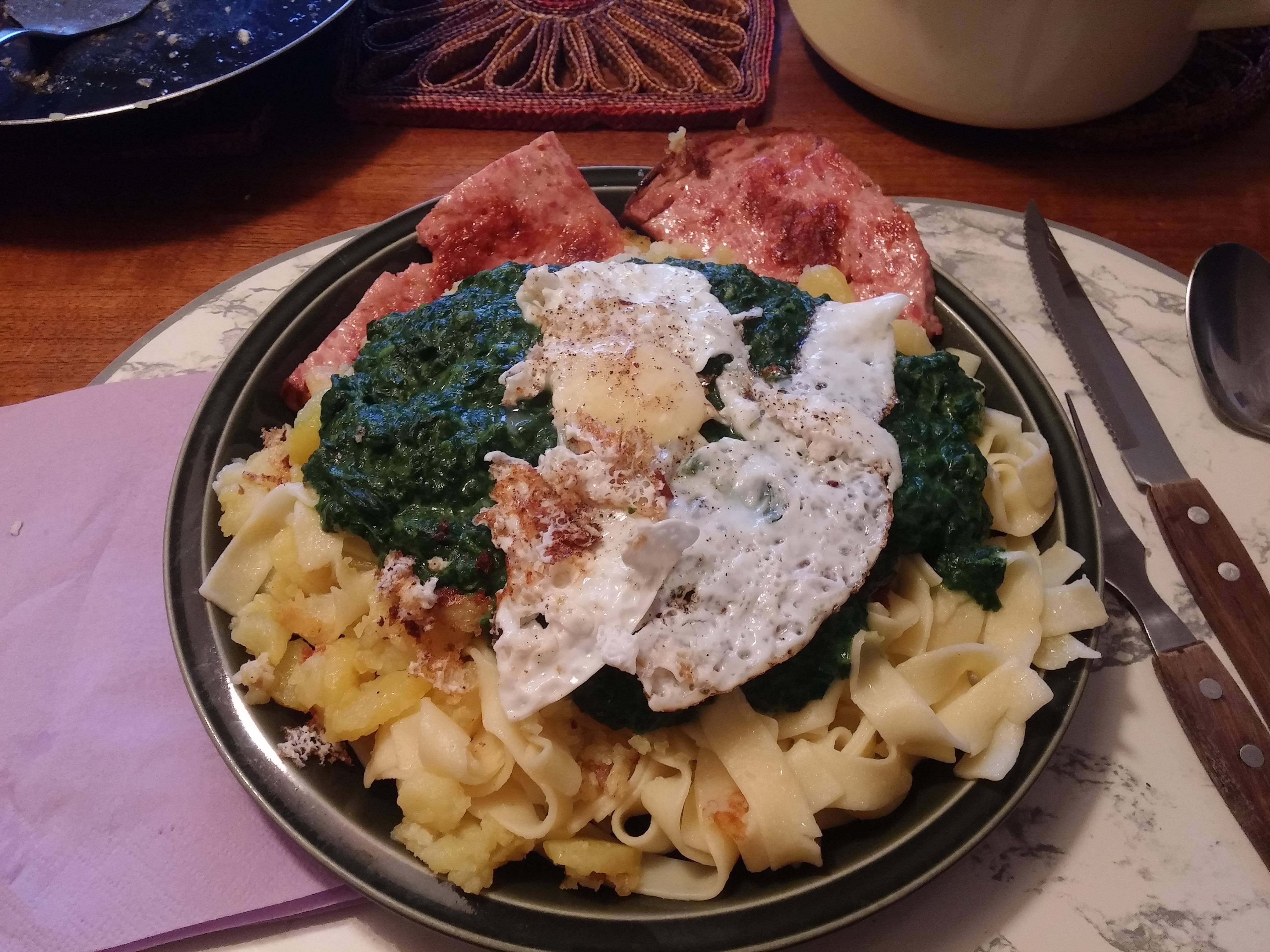 https://foodloader.net/nico_2015-07-23_fleischkaese-spinat-nudeln-bratkartoffeln-spiegelei.jpg