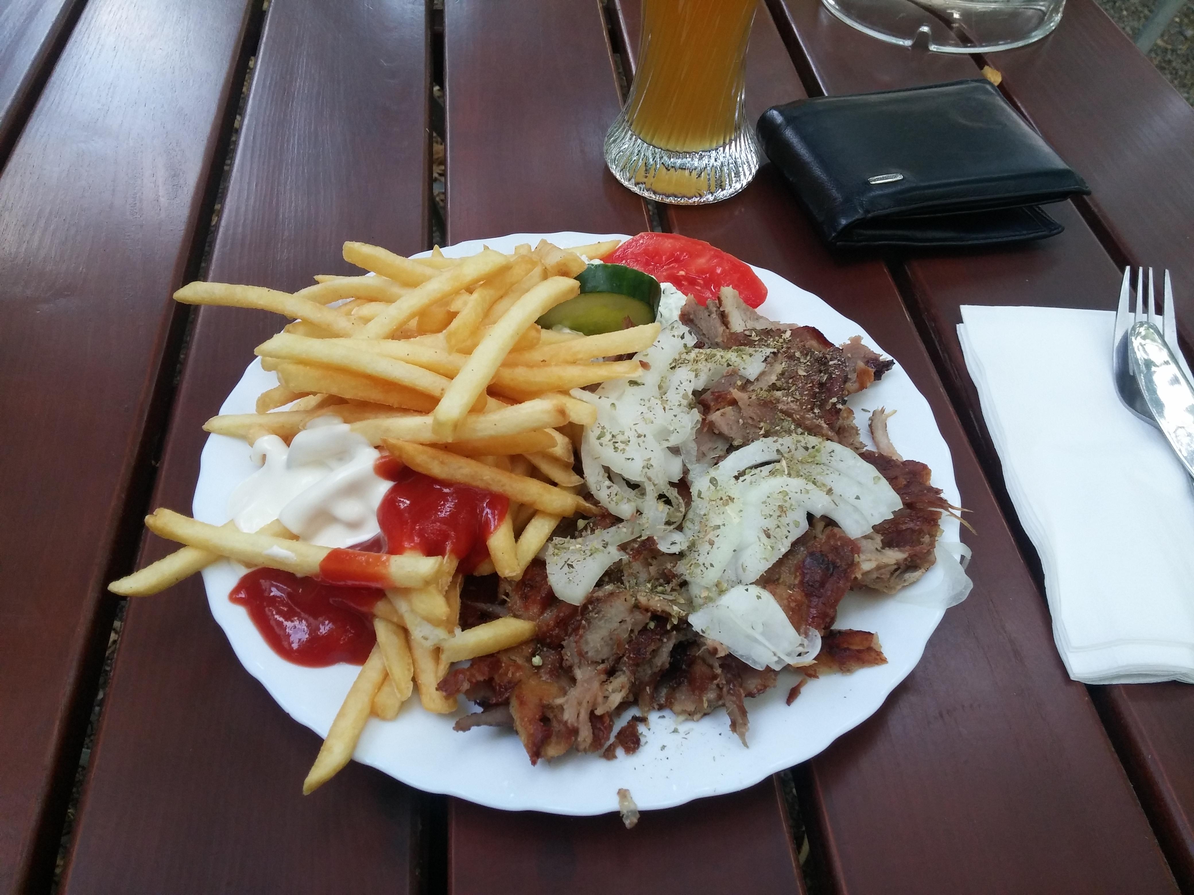 https://foodloader.net/nico_2015-07-30_gyros-mit-pommes-frites.jpg