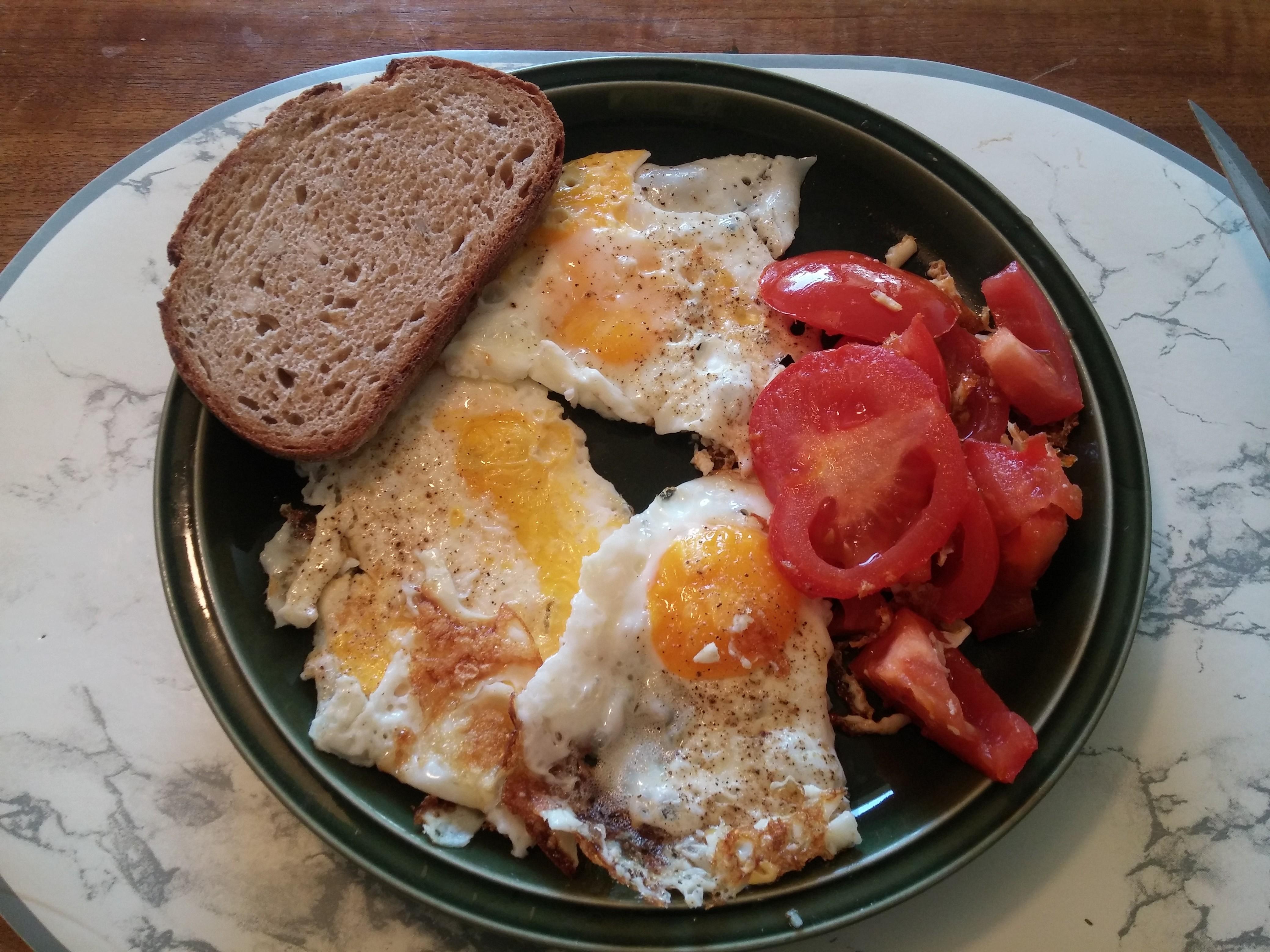 https://foodloader.net/nico_2015-08-21_spiegeleier-mit-tomate-und-brot.jpg