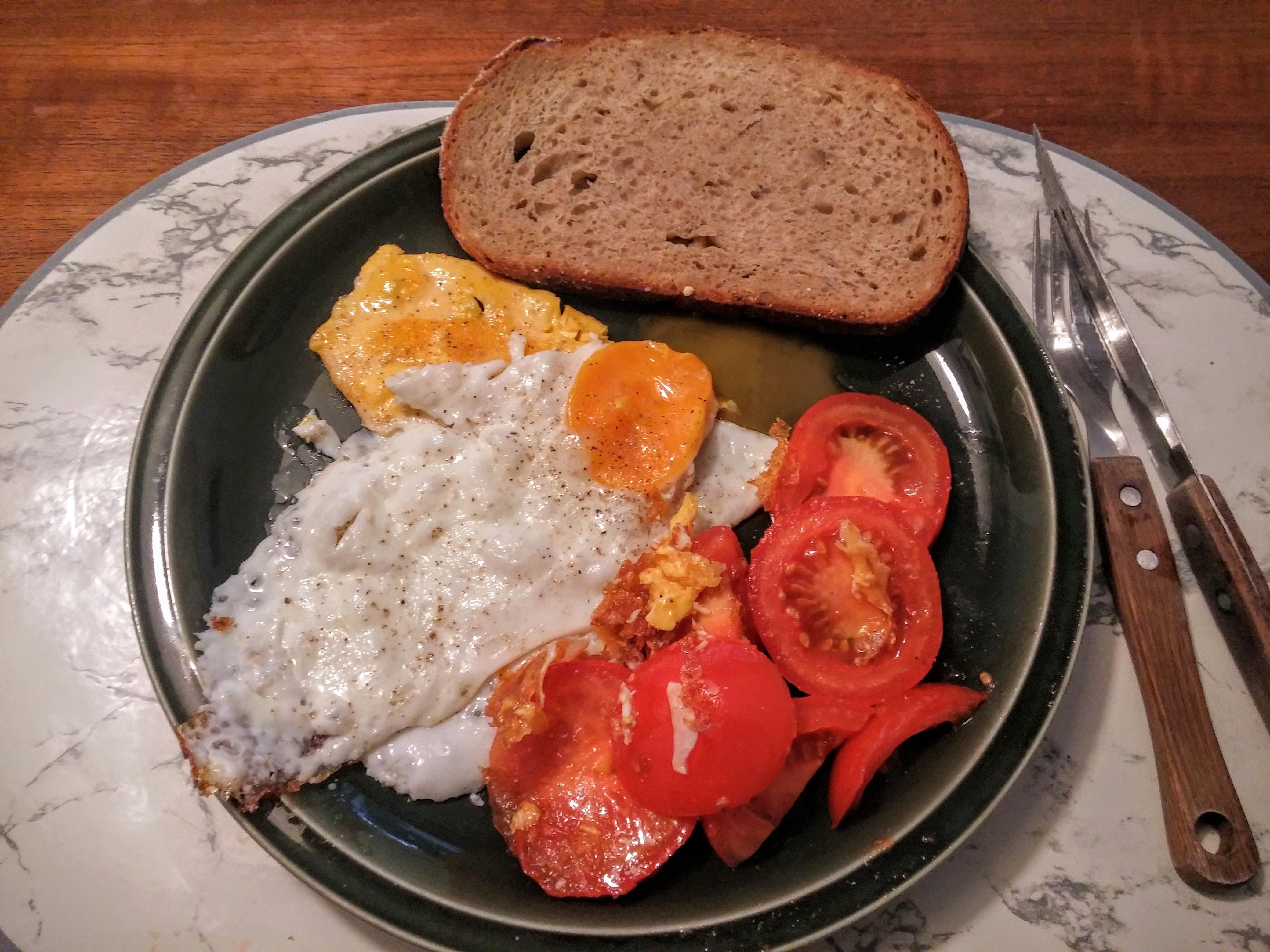 https://foodloader.net/nico_2015-09-05_spiegeleier-mit-tomate-und-brot.jpg