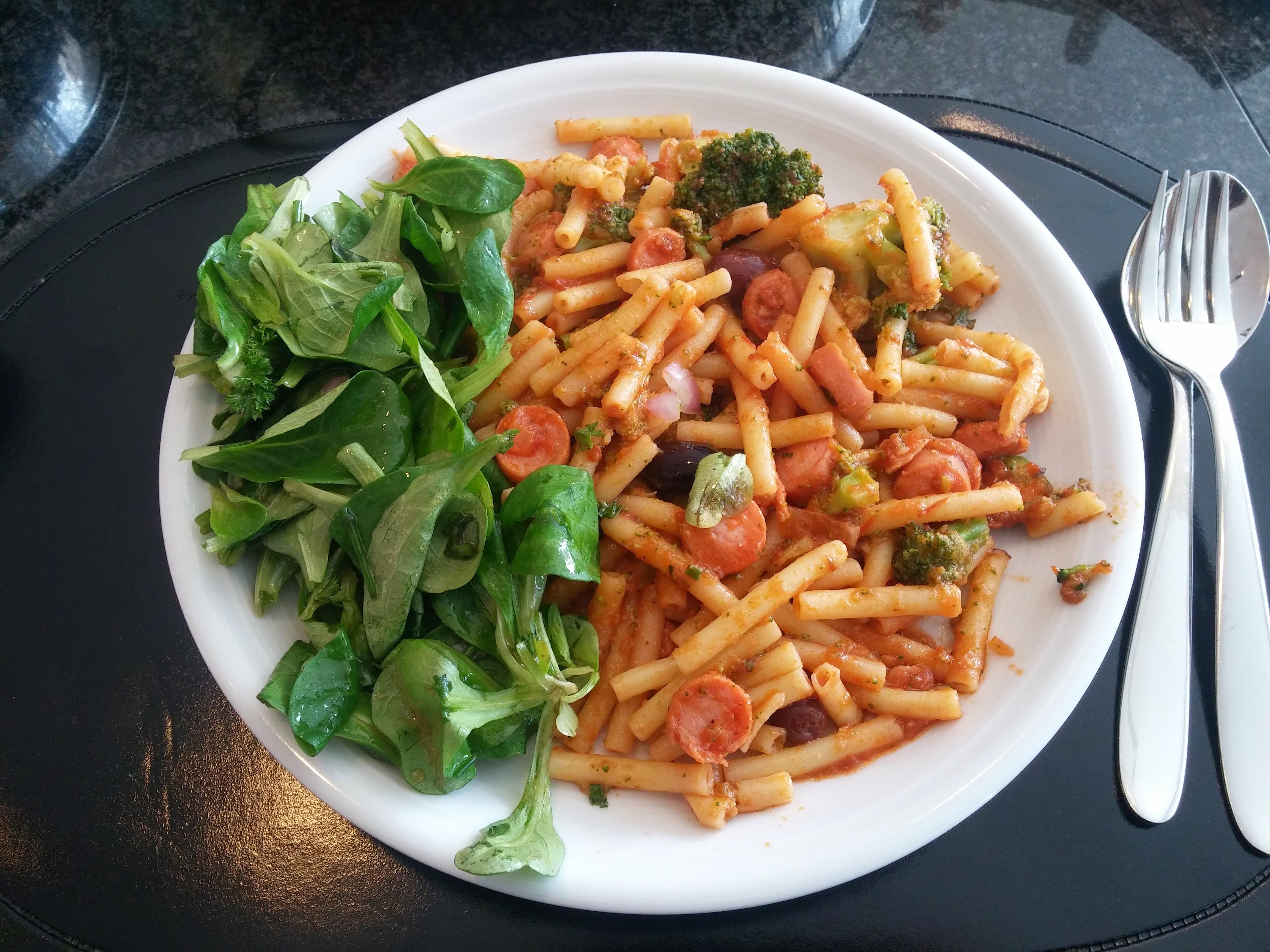 https://foodloader.net/nico_2015-10-11_maccaroni-mit-broccoli-wuerstchen-sauce-und-ackersalat.jpg