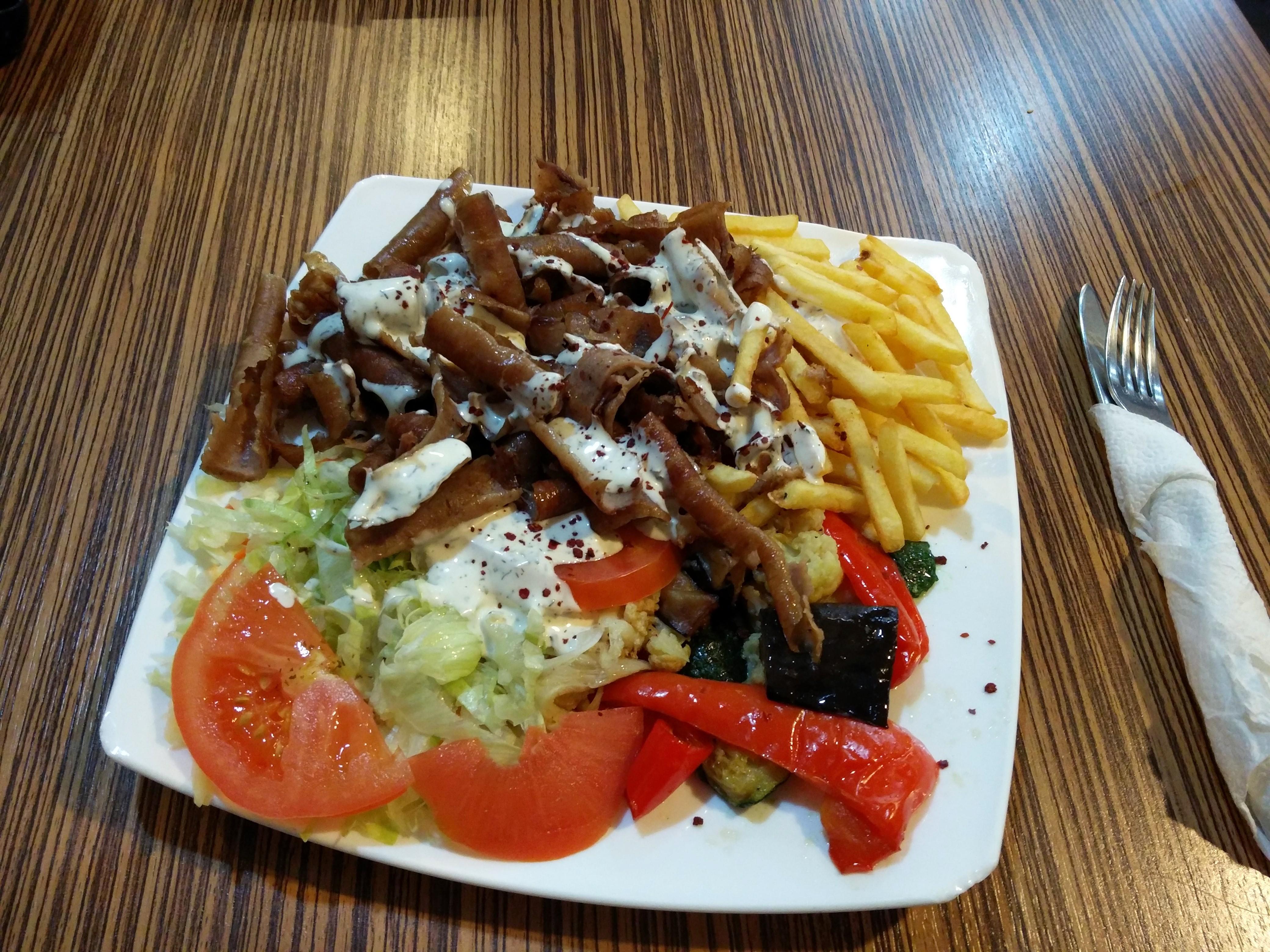 https://foodloader.net/nico_2015-11-06_doenerteller-mit-pommes-und-grillgemuese.jpg