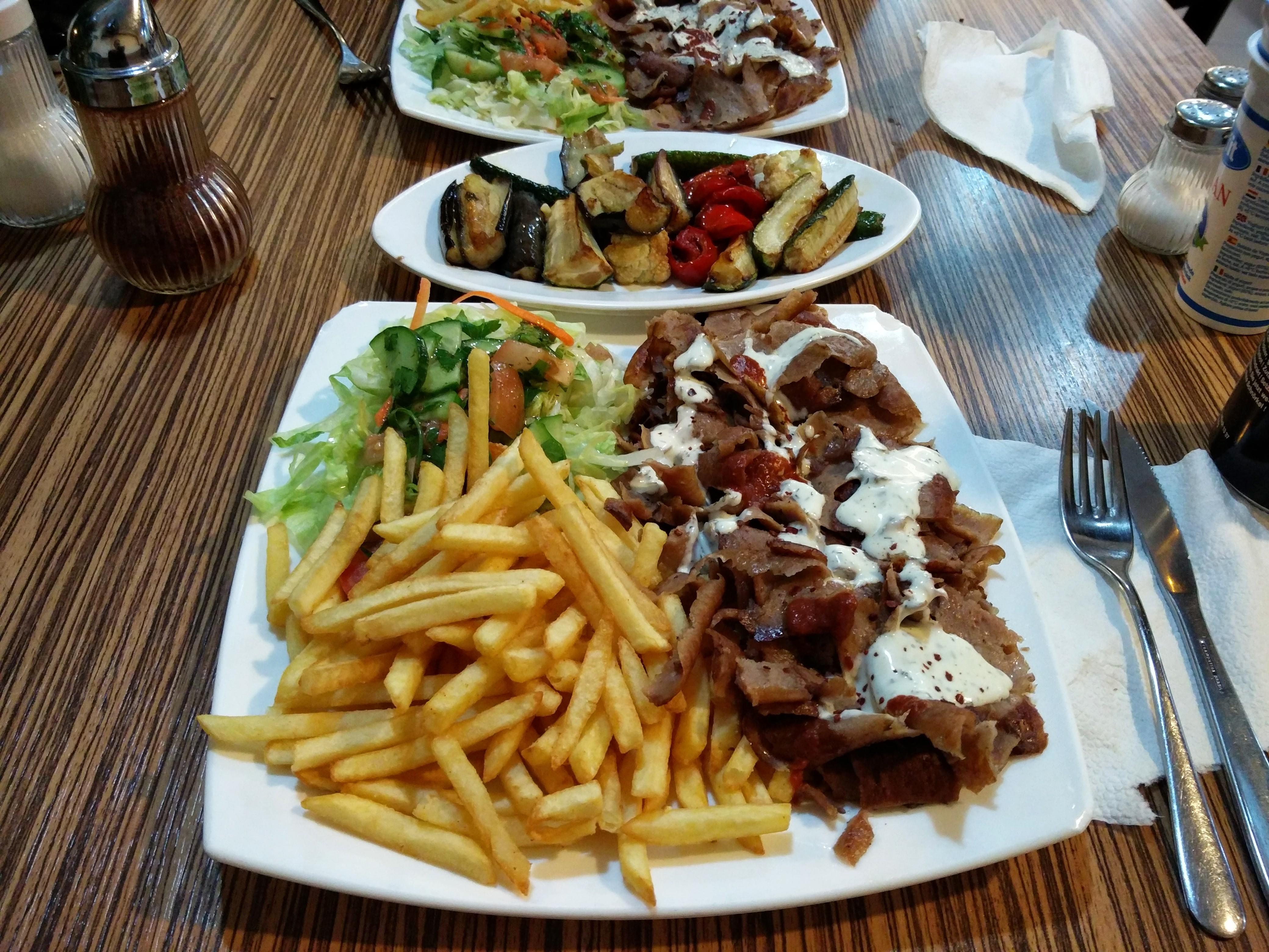http://foodloader.net/nico_2015-11-09_doenerteller-mit-pommes-und-grillgemuese.jpg