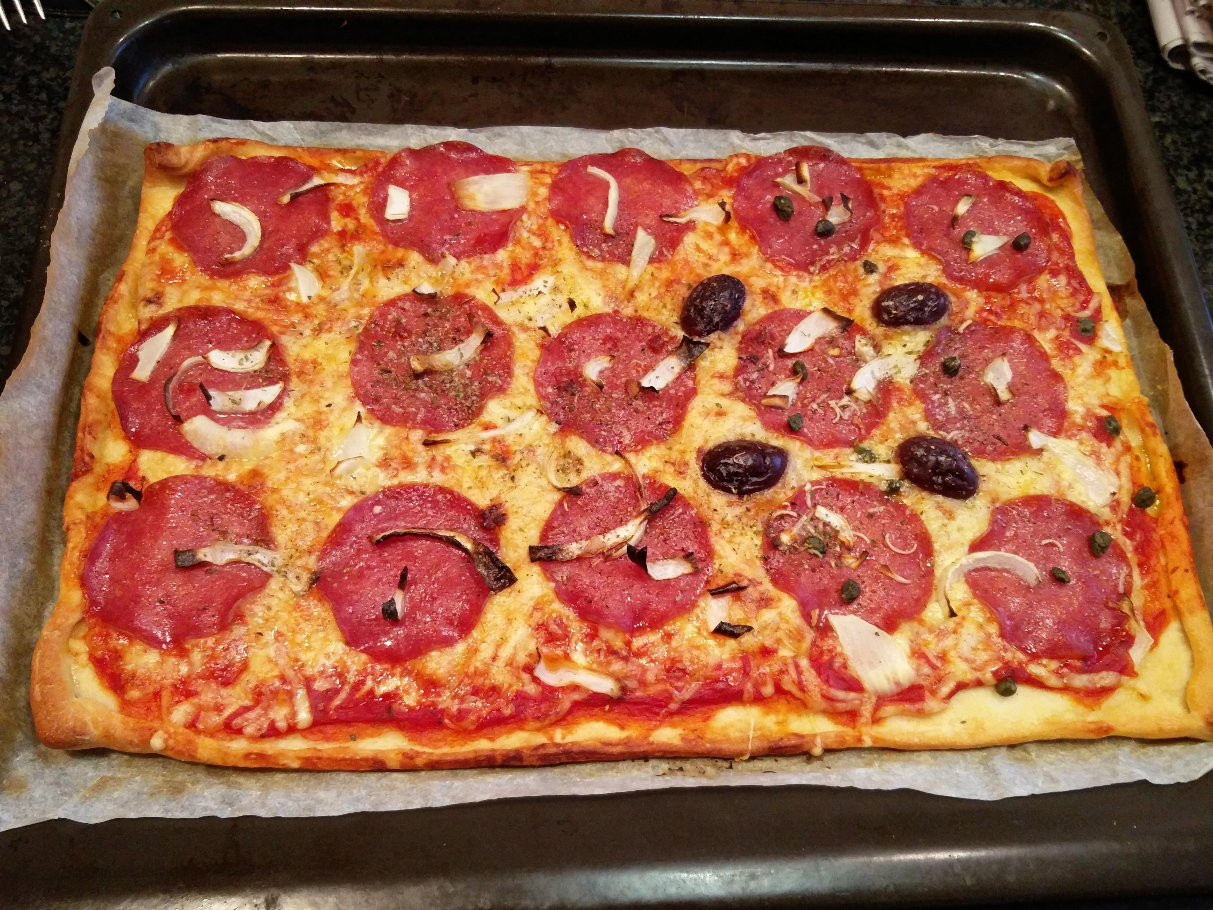 https://foodloader.net/nico_2015-11-21_selbstgemachte-pizza-salami.jpg