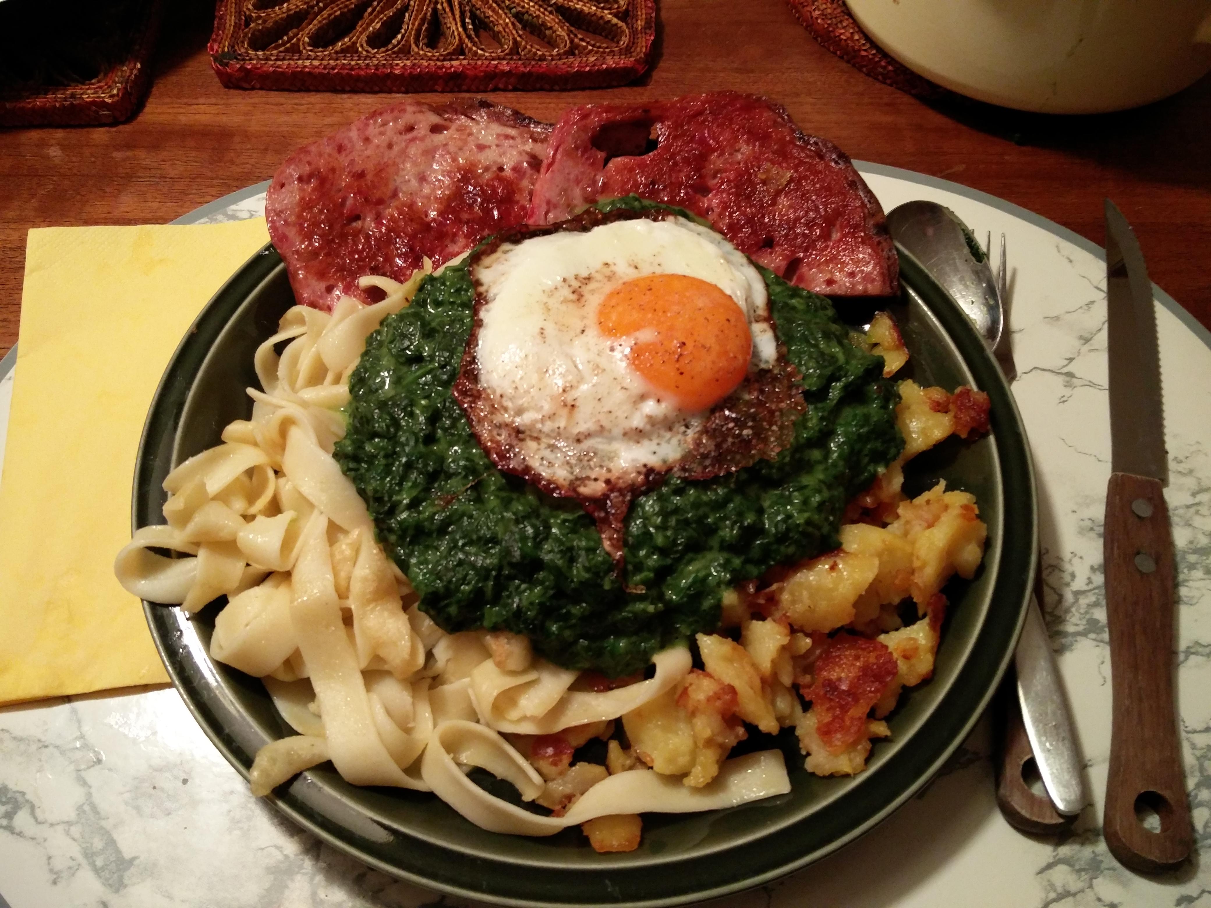 https://foodloader.net/nico_2016-01-20_fleischkaese-spinat-nudeln-bratkartoffeln-spiegelei.jpg