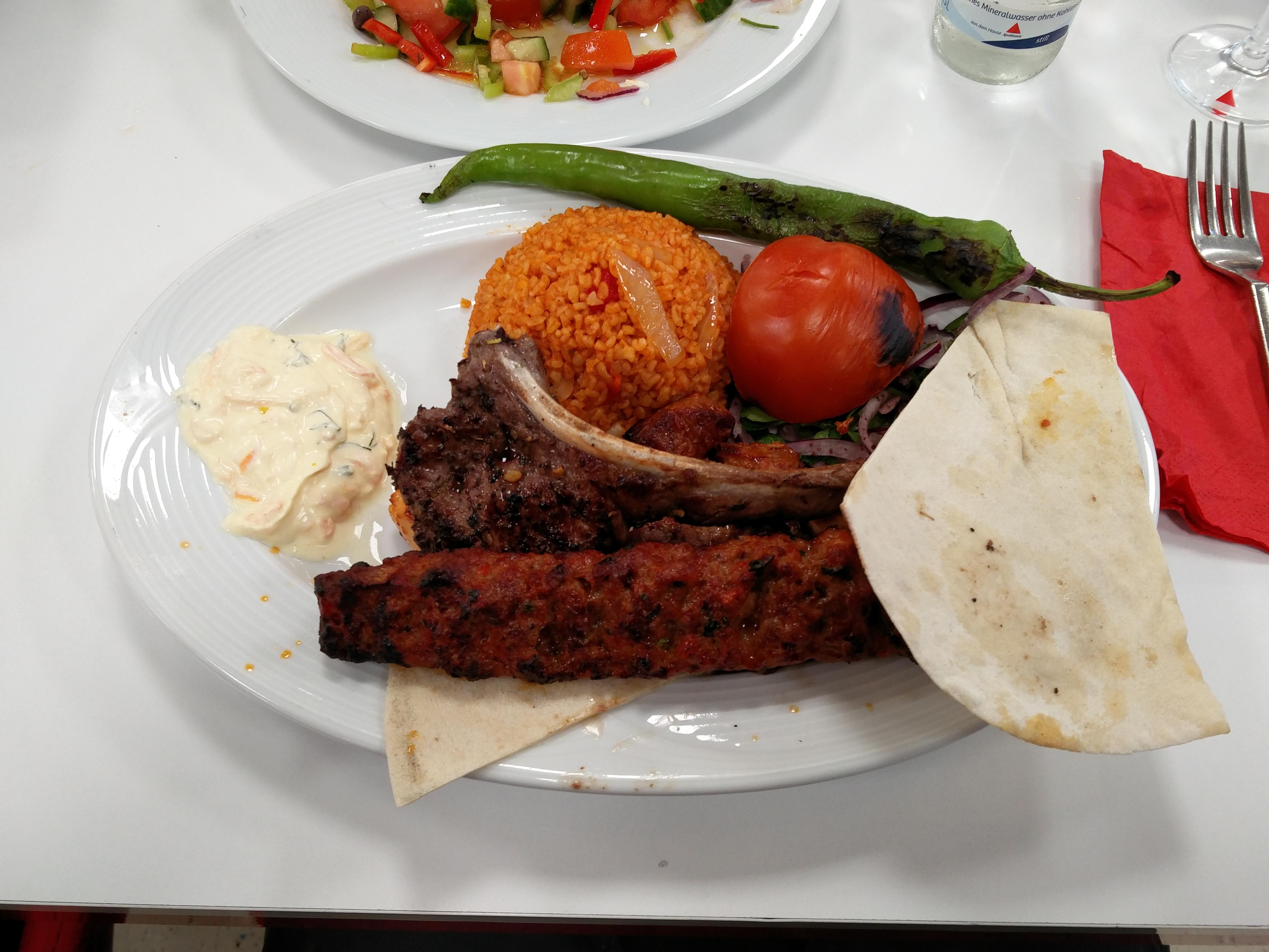 https://foodloader.net/nico_2016-02-01_gemischter-grillteller-mit-adana-kebap-lamm-chicken-reis-und-gemuese.jpg