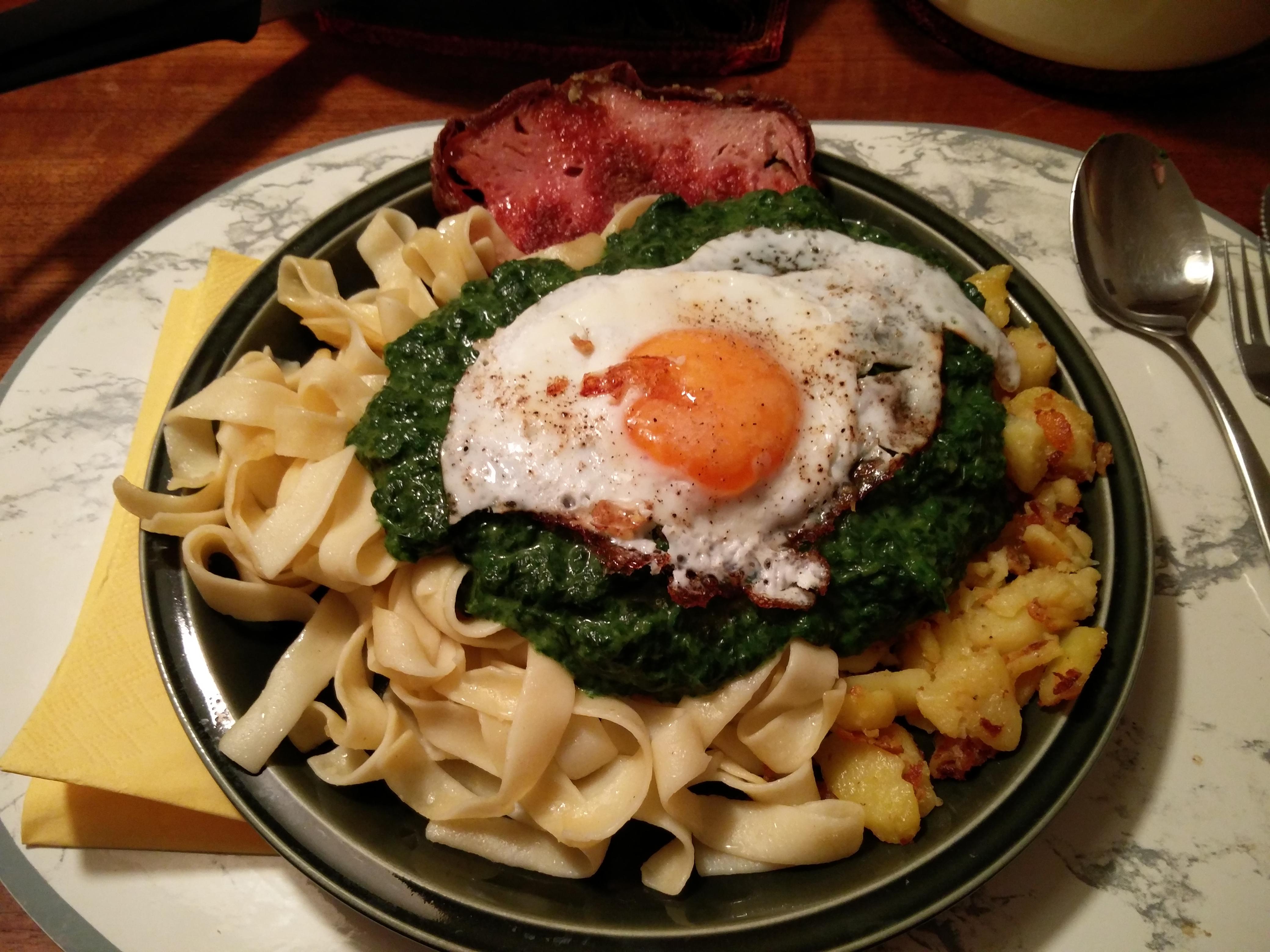 https://foodloader.net/nico_2016-02-03_fleischkaese-spinat-nudeln-bratkartoffeln-spiegelei.jpg