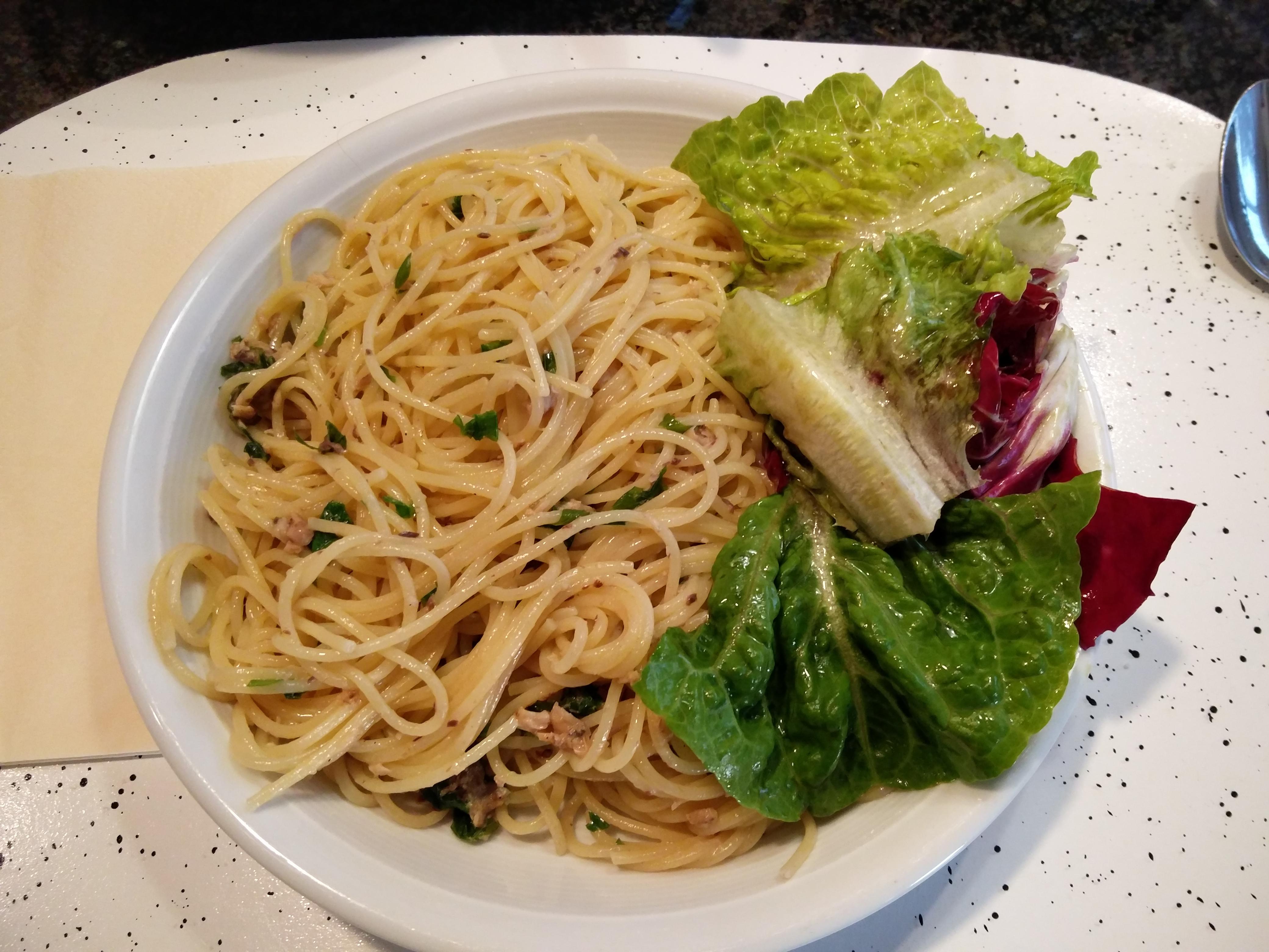 https://foodloader.net/nico_2016-02-06_spaghetti-mit-sardinensauce-und-salat.jpg