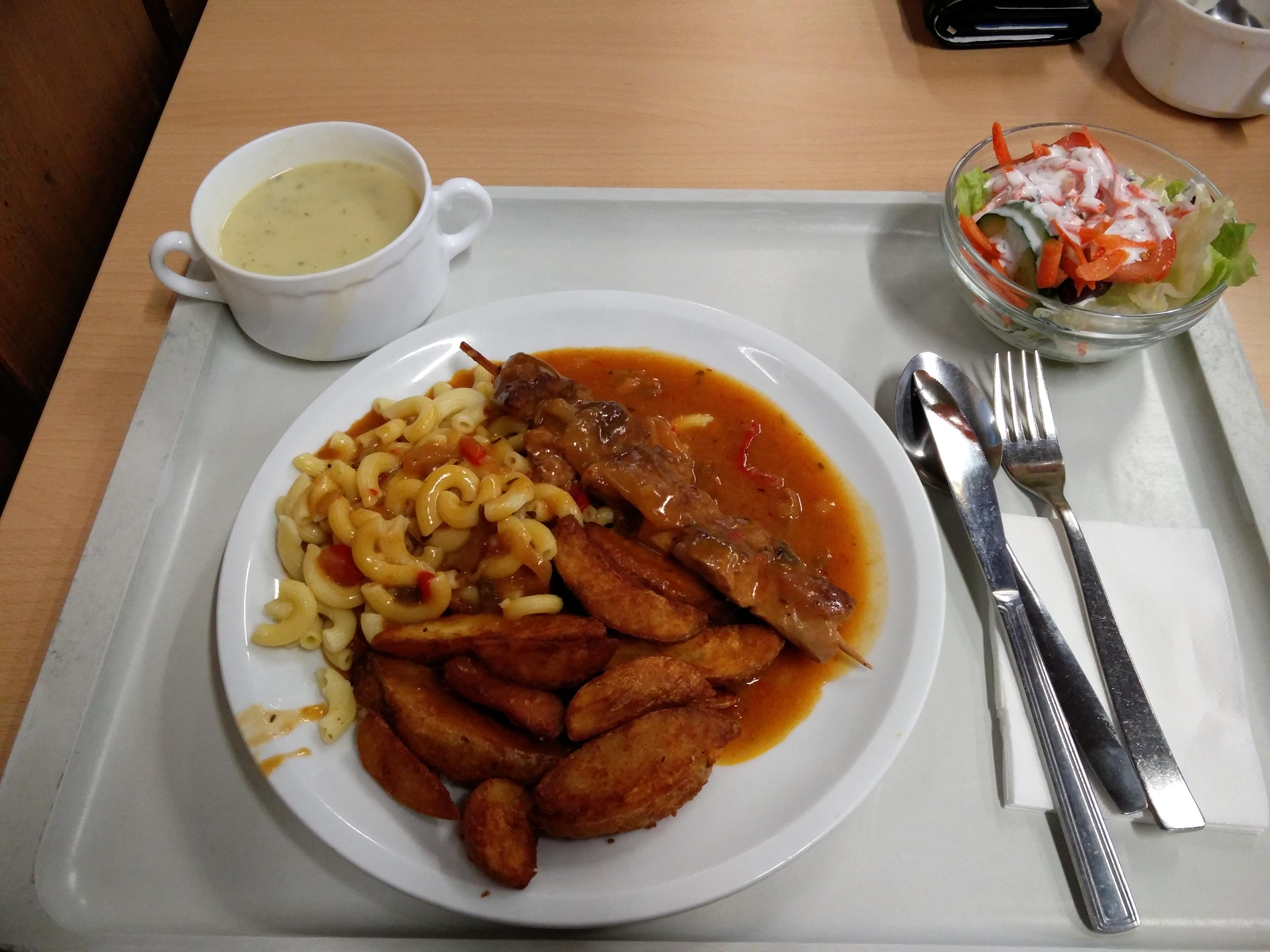 https://foodloader.net/nico_2016-02-10_grillspiess-mit-wedges-und-nudeln-mit-suppe-und-salat.jpg