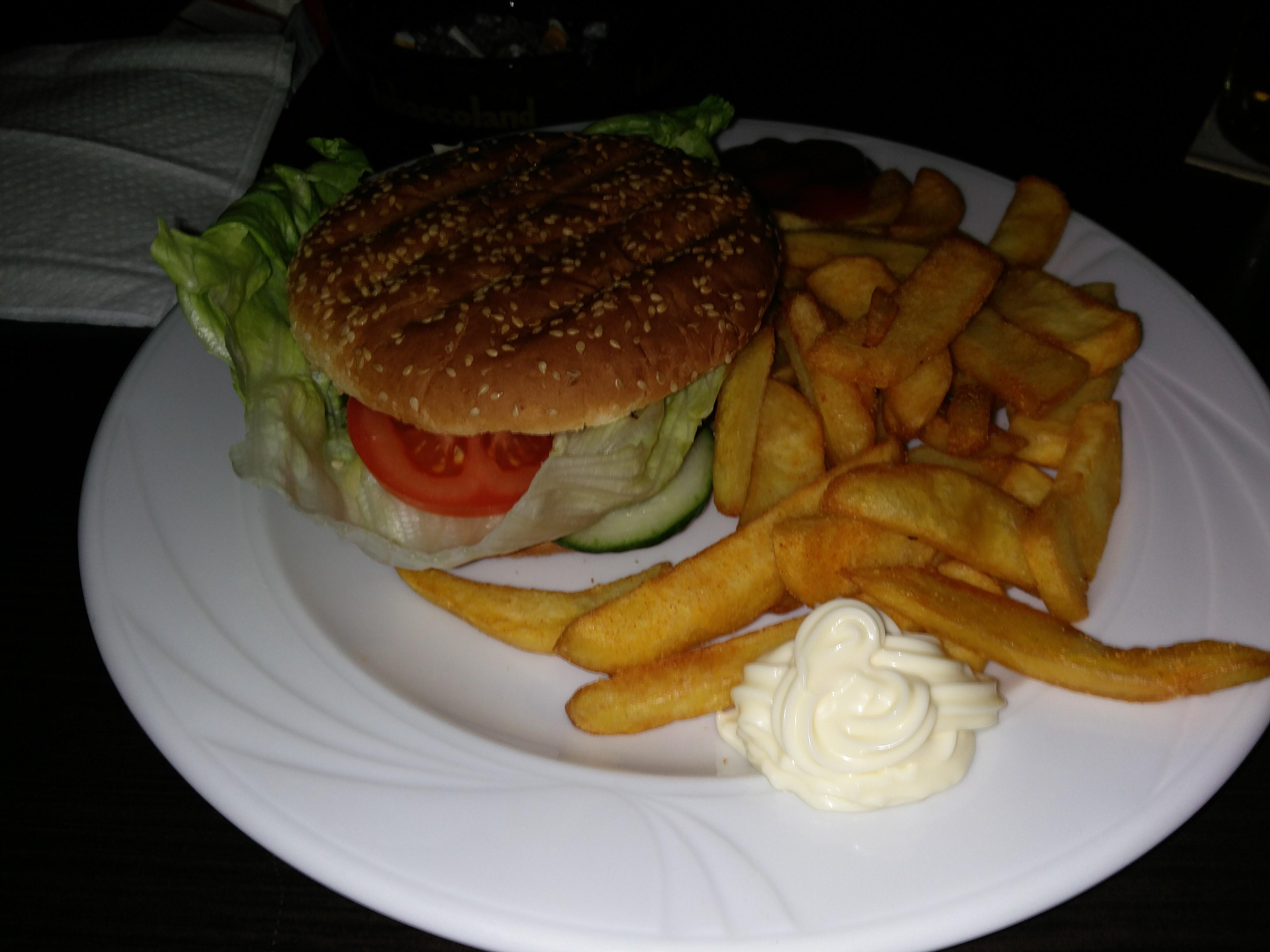 https://foodloader.net/nico_2016-03-22_burger-mit-pommes.jpg