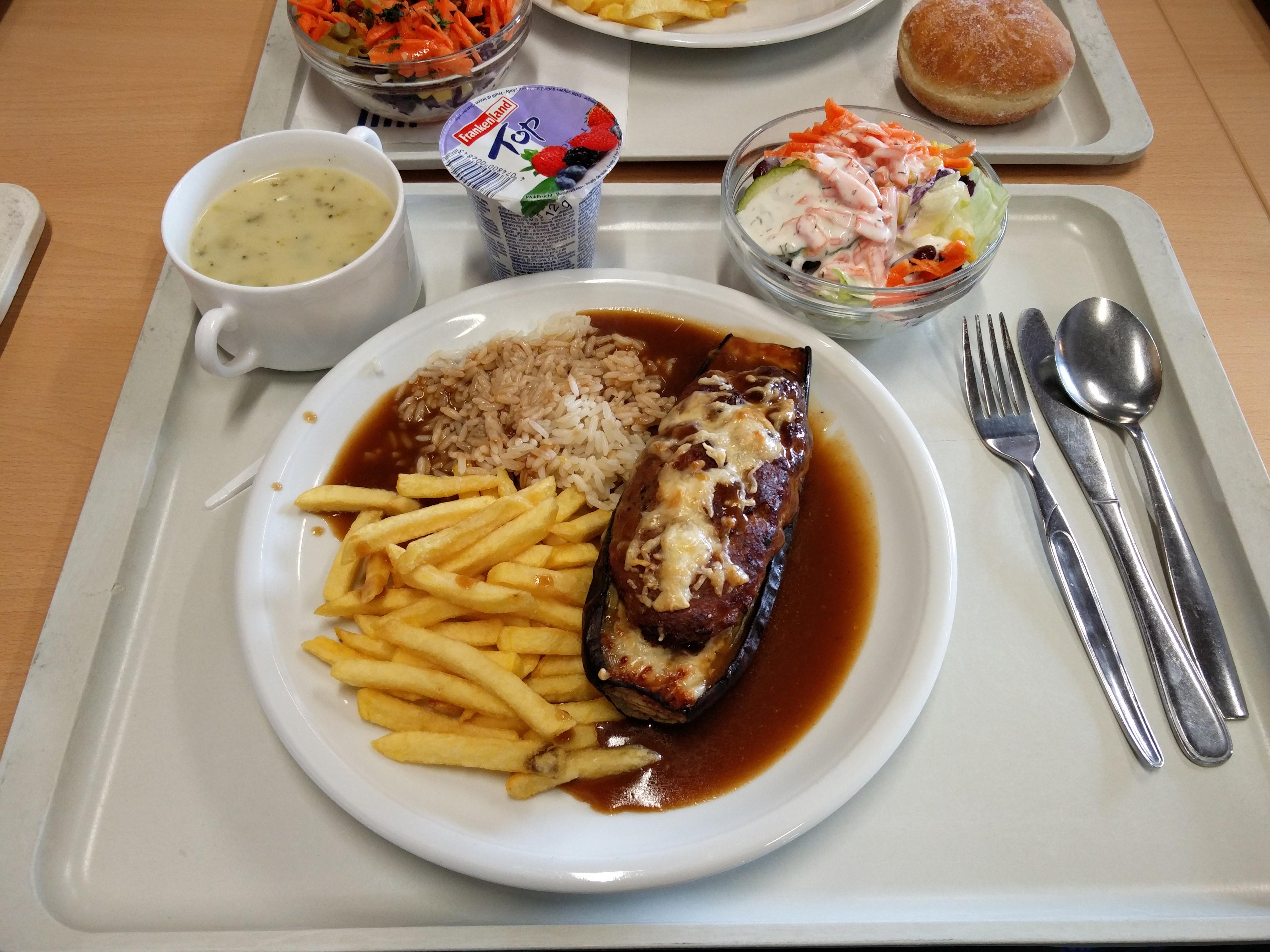 https://foodloader.net/nico_2016-03-24_gefuellte-aubergine-reis-pommes-suppe-salat-joghurt.jpg