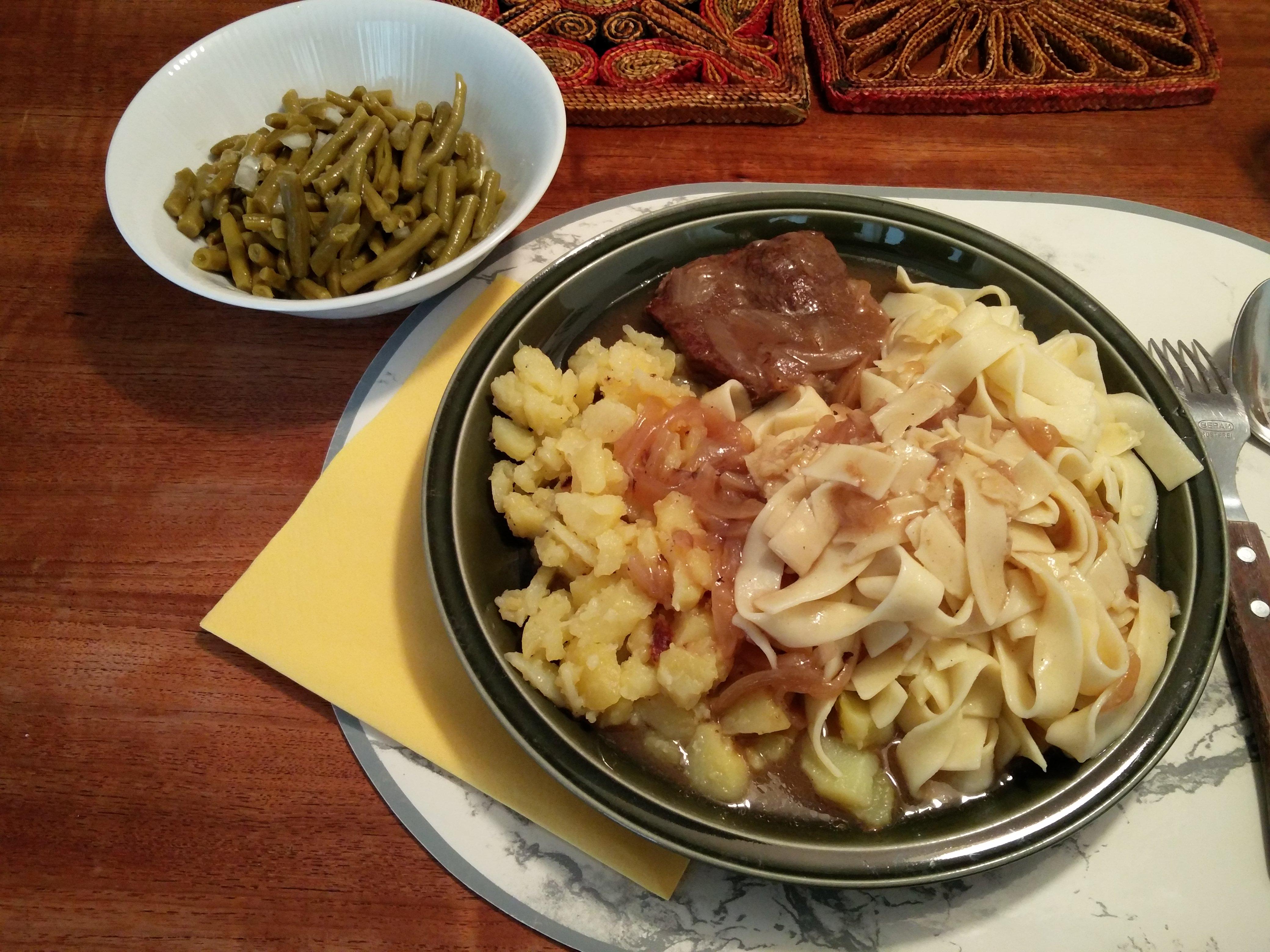 https://foodloader.net/nico_2016-04-27_zwiebelrostbraten-mit-nudeln-bratkartoffeln-und-bohnensalat.jpg