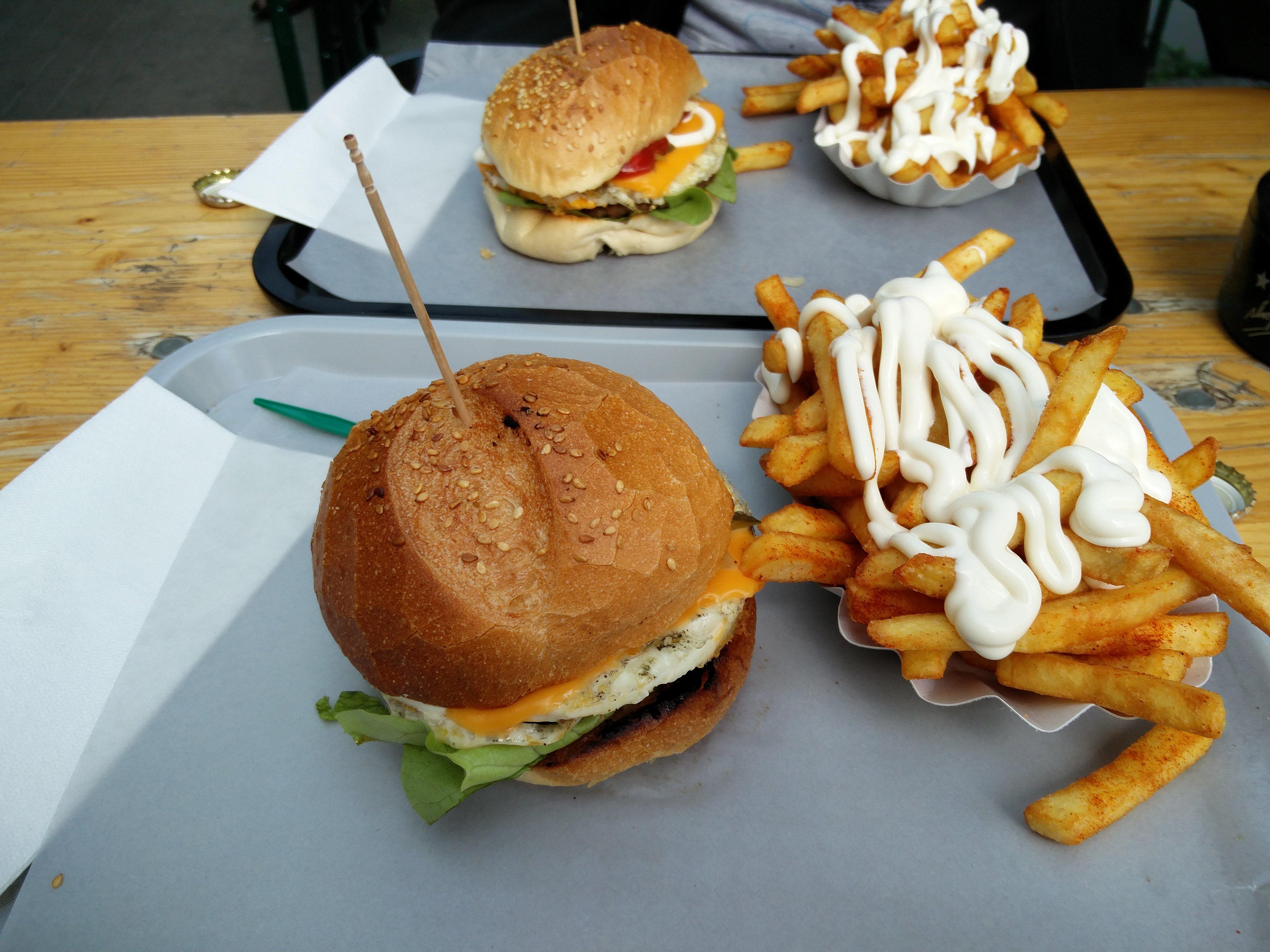 https://foodloader.net/nico_2016-05-02_chegg-burger-mit-pommes-frites.jpg