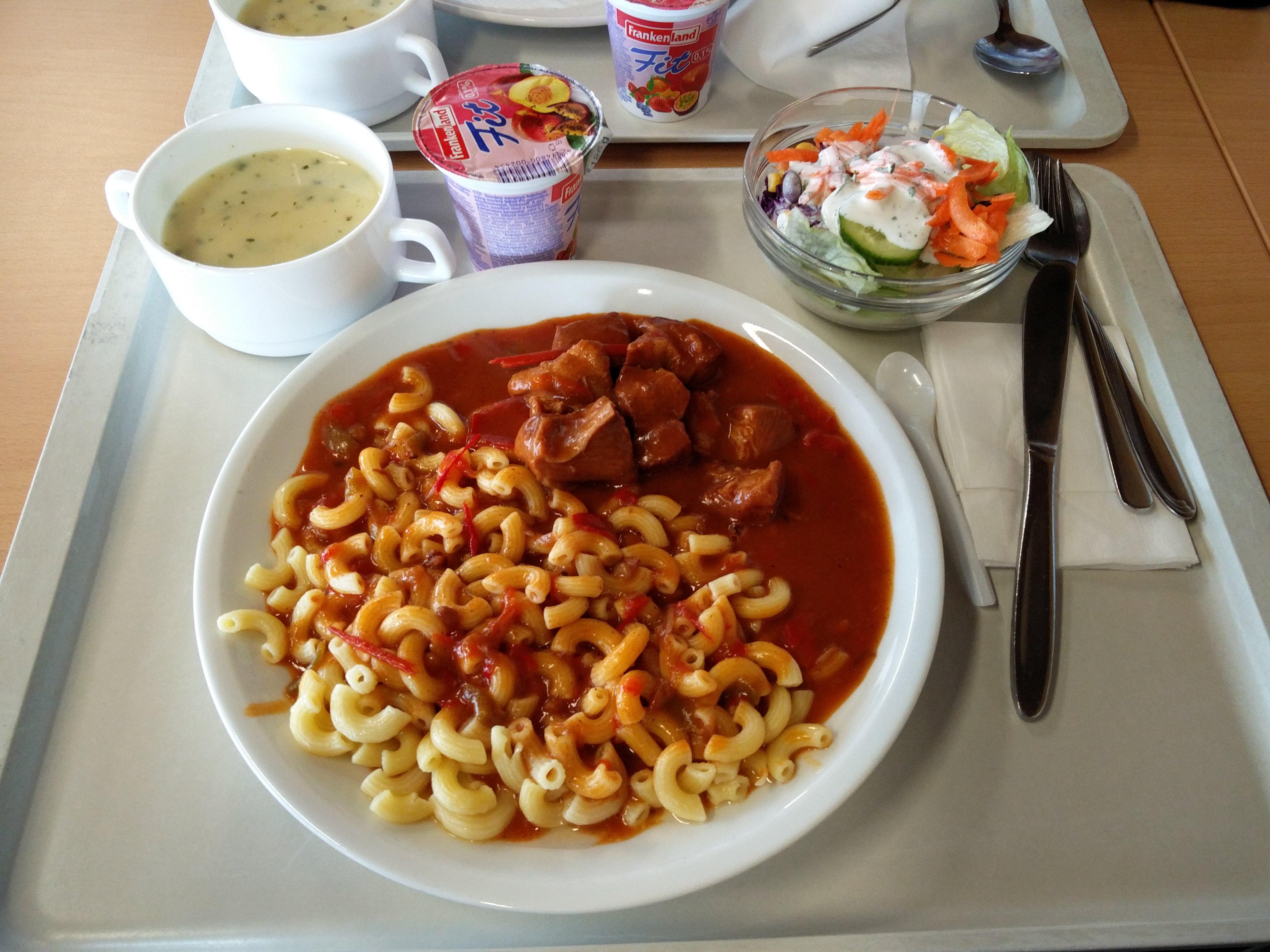 https://foodloader.net/nico_2016-05-03_gulasch-mit-nudeln-suppe-salat-und-joghurt.jpg