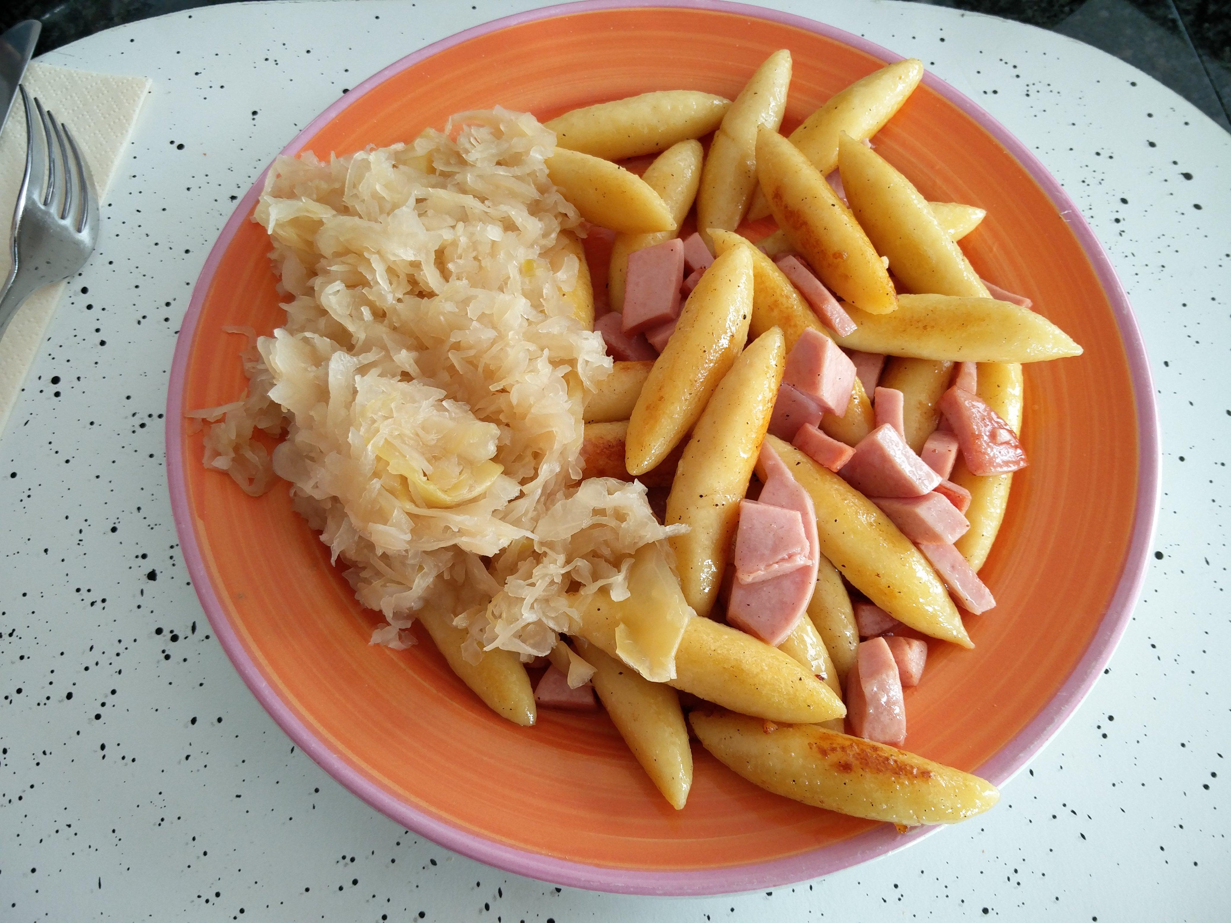 https://foodloader.net/nico_2016-05-27_schupfnudeln-mit-fleischwurst-und-sauerkraut.jpg