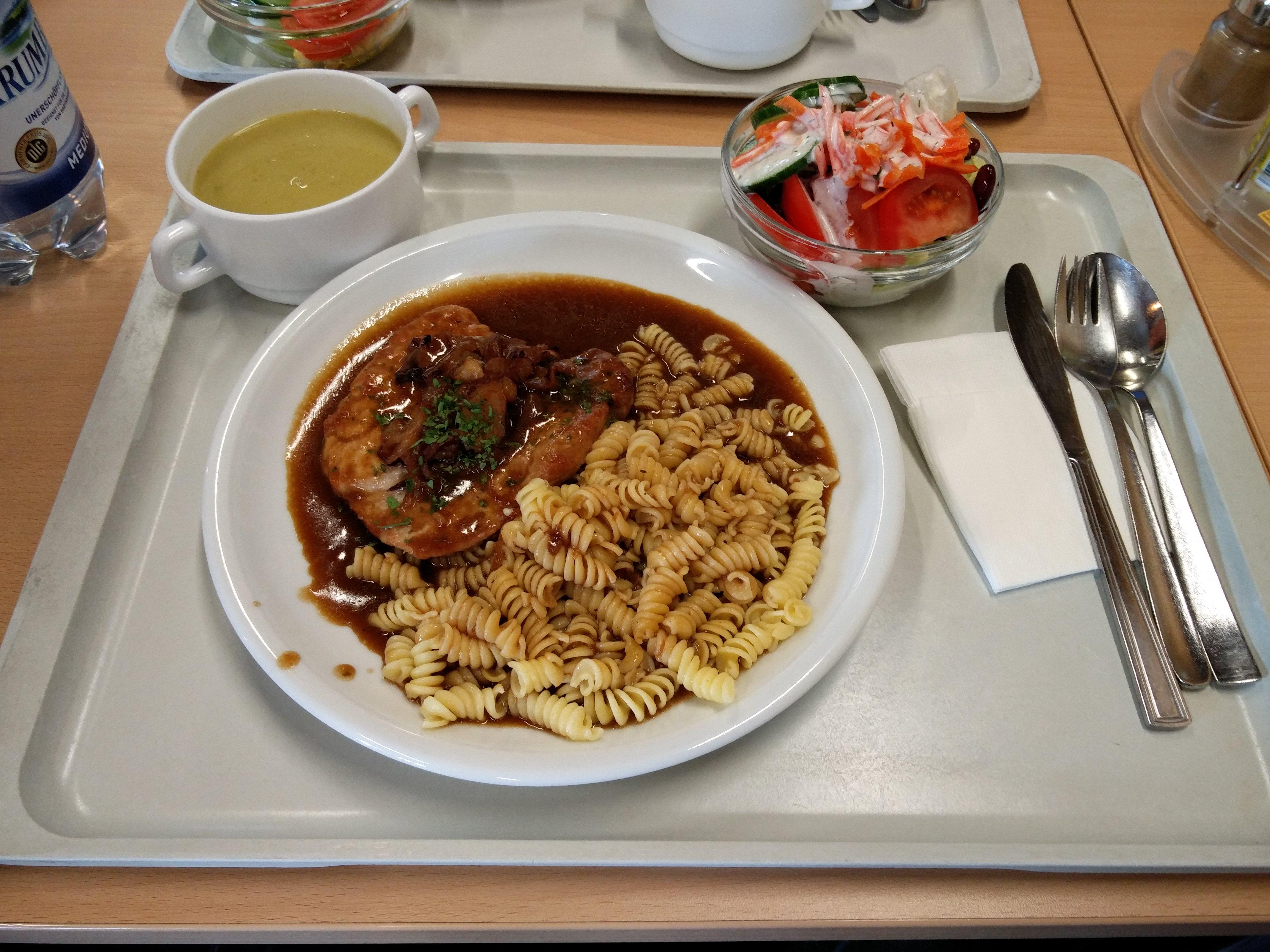 https://foodloader.net/nico_2016-06-03_schweinesteak-mit-nudeln-suppe-und-salat.jpg