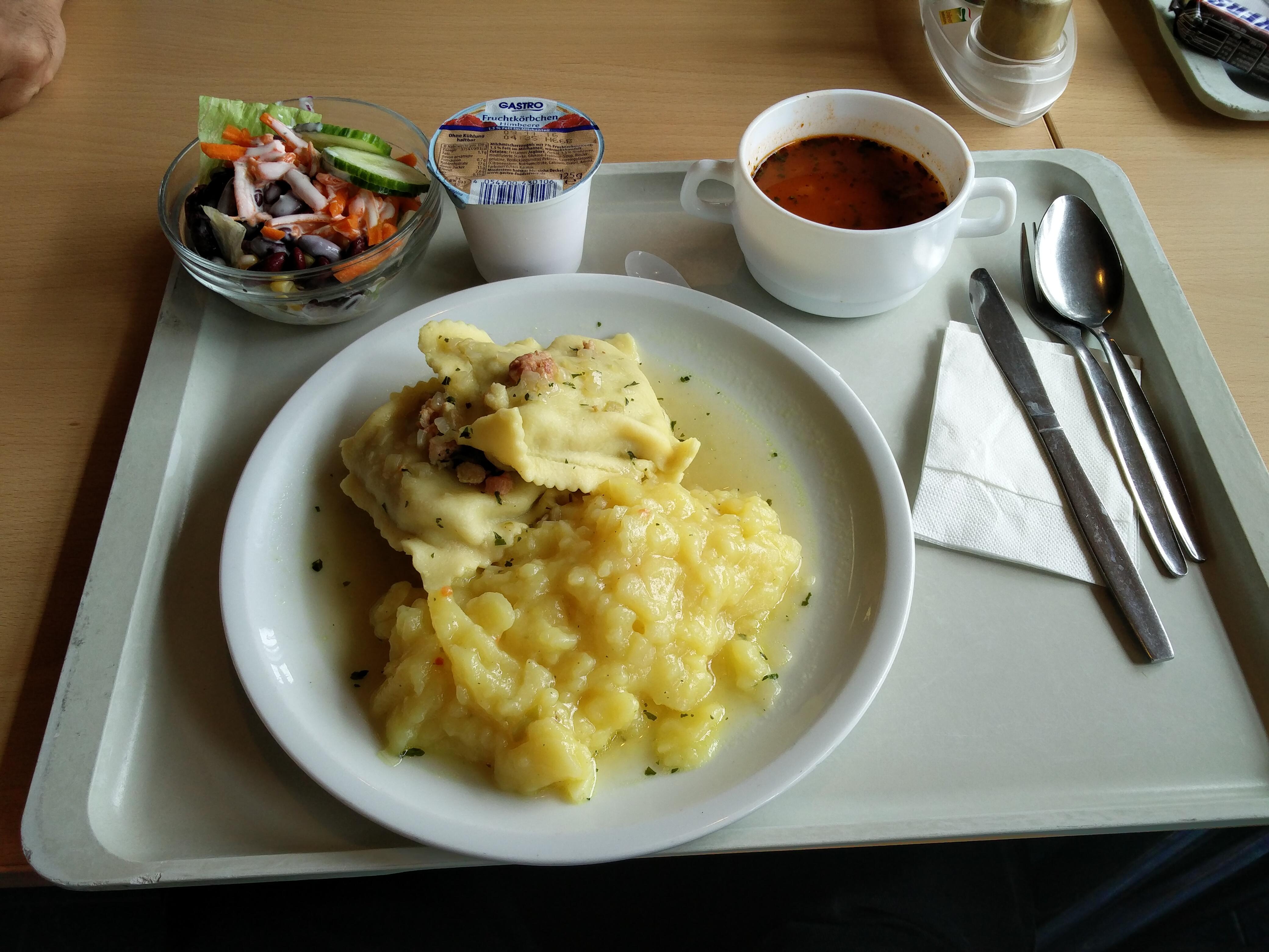 https://foodloader.net/nico_2016-10-04_maultaschen-mit-kartoffelsalat-suppe-salat-und-joghurt.jpg