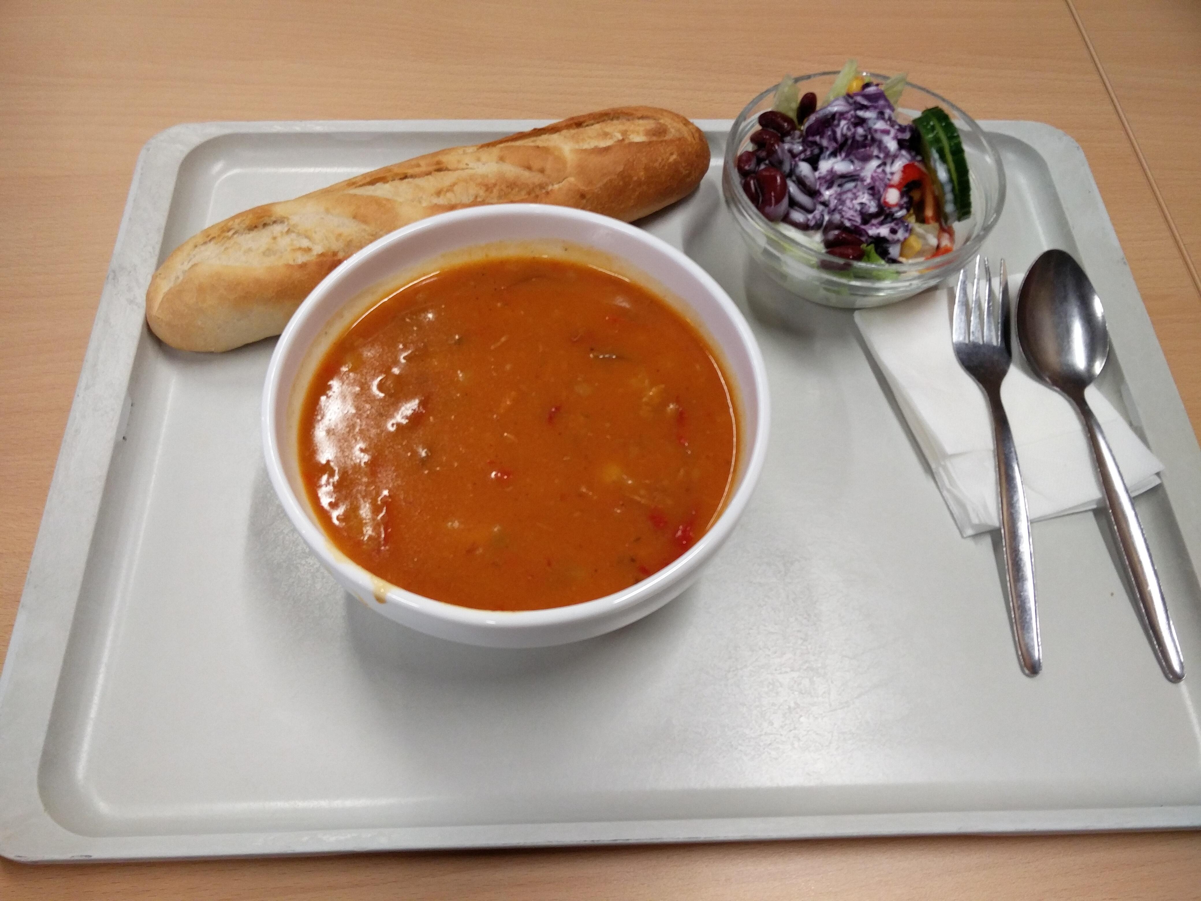 http://foodloader.net/nico_2016-10-24_gulaschsuppe-baguette-salat.jpg