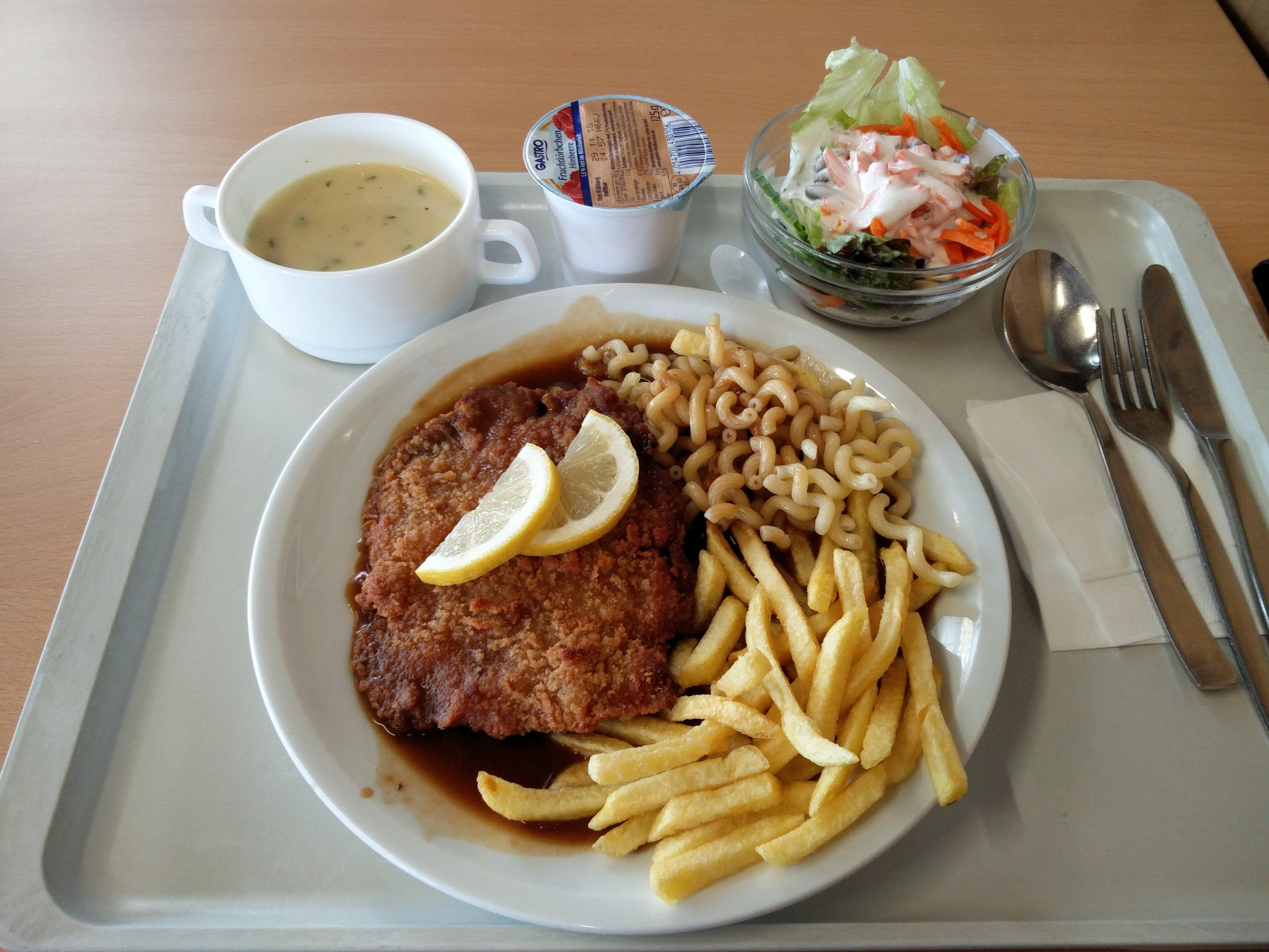 https://foodloader.net/nico_2016-11-10_paniertes-schnitzel-nudeln-pommes-suppe-salat-joghurt.jpg