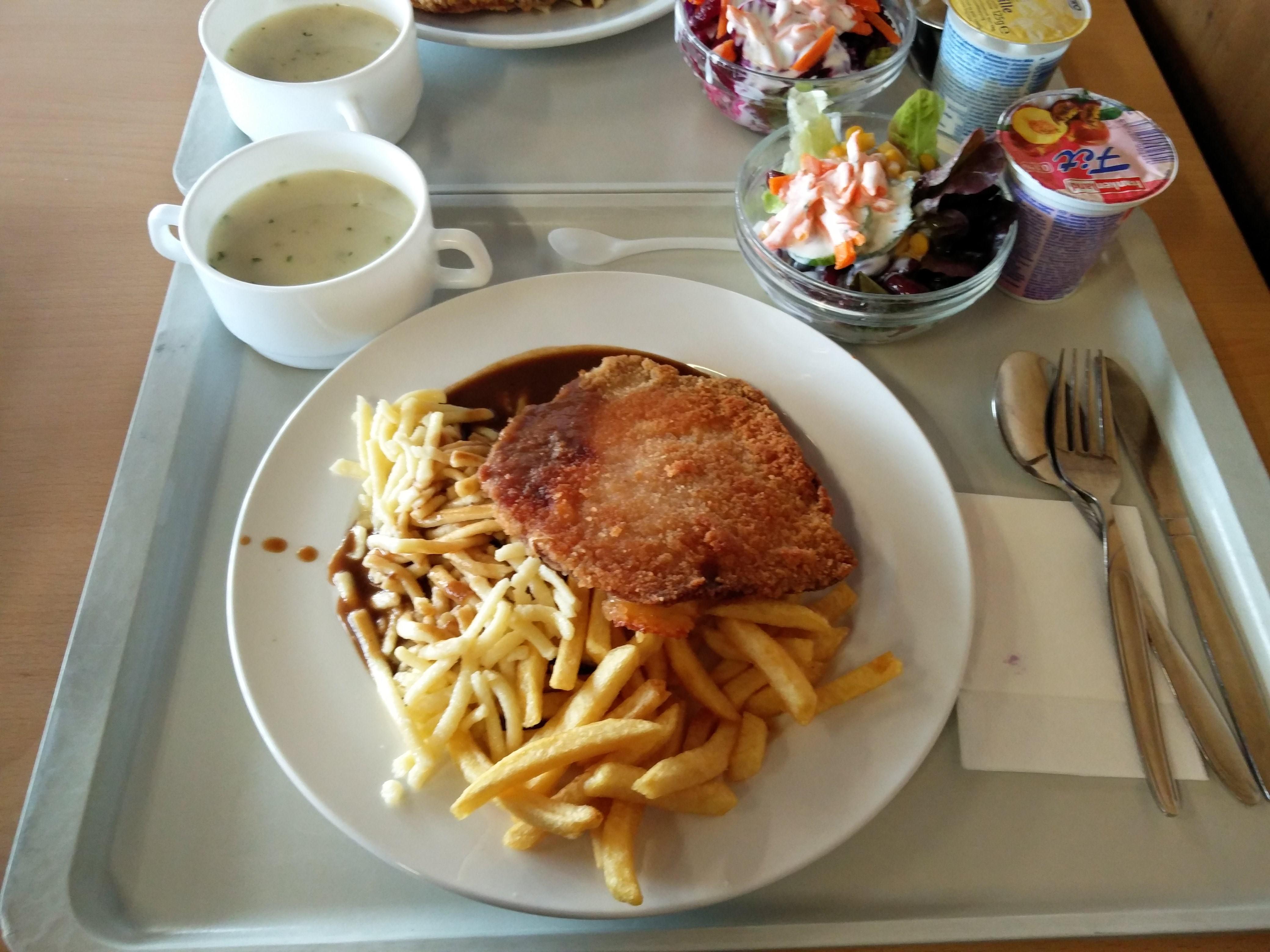 https://foodloader.net/nico_2016-11-17_cordon-bleu-mit-spaetzle-pommes-suppe-salat-und-joghurt.jpg
