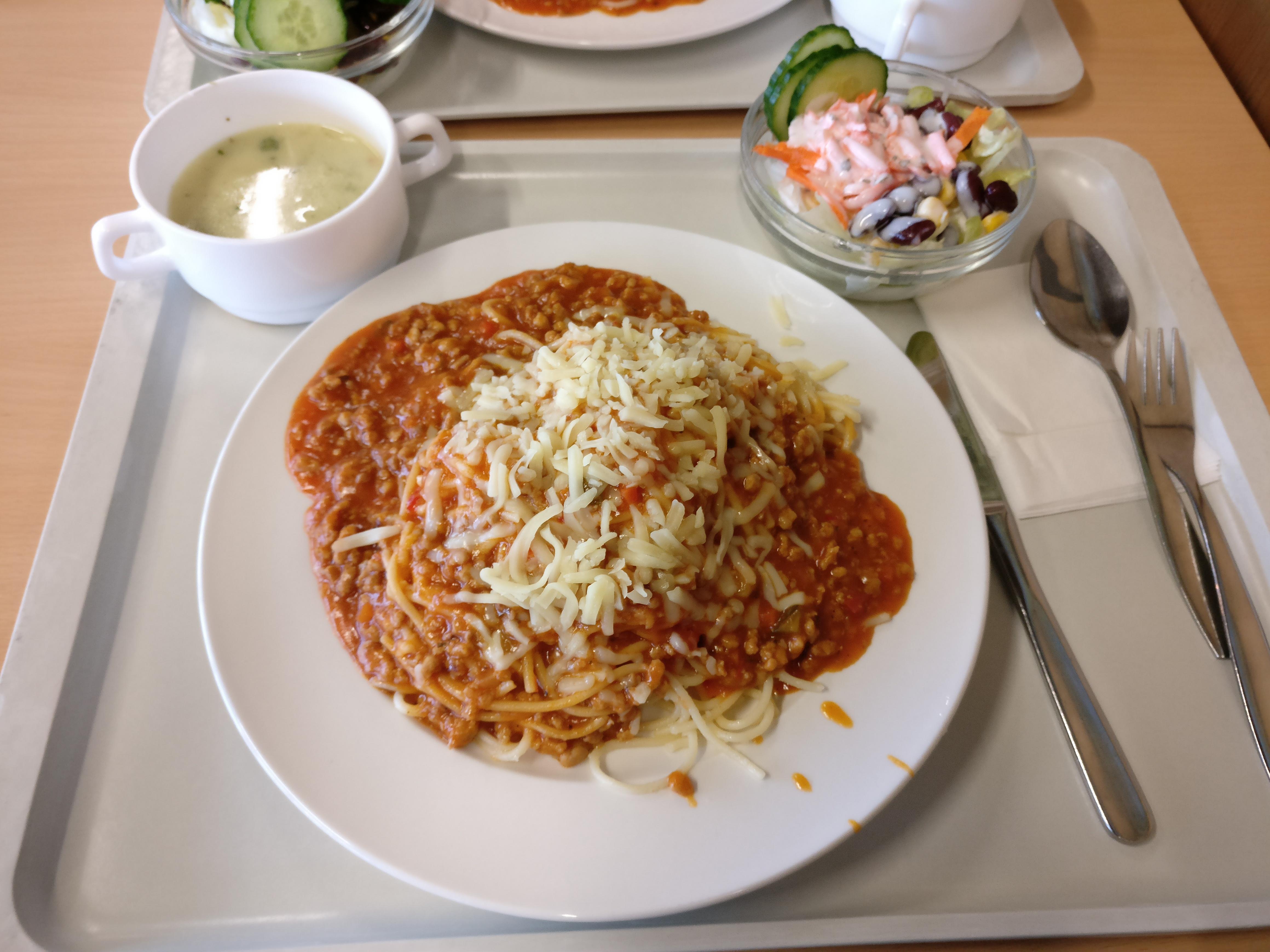 https://foodloader.net/nico_2016-12-19_spaghetti-bolognese-mit-suppe-und-salat.jpg