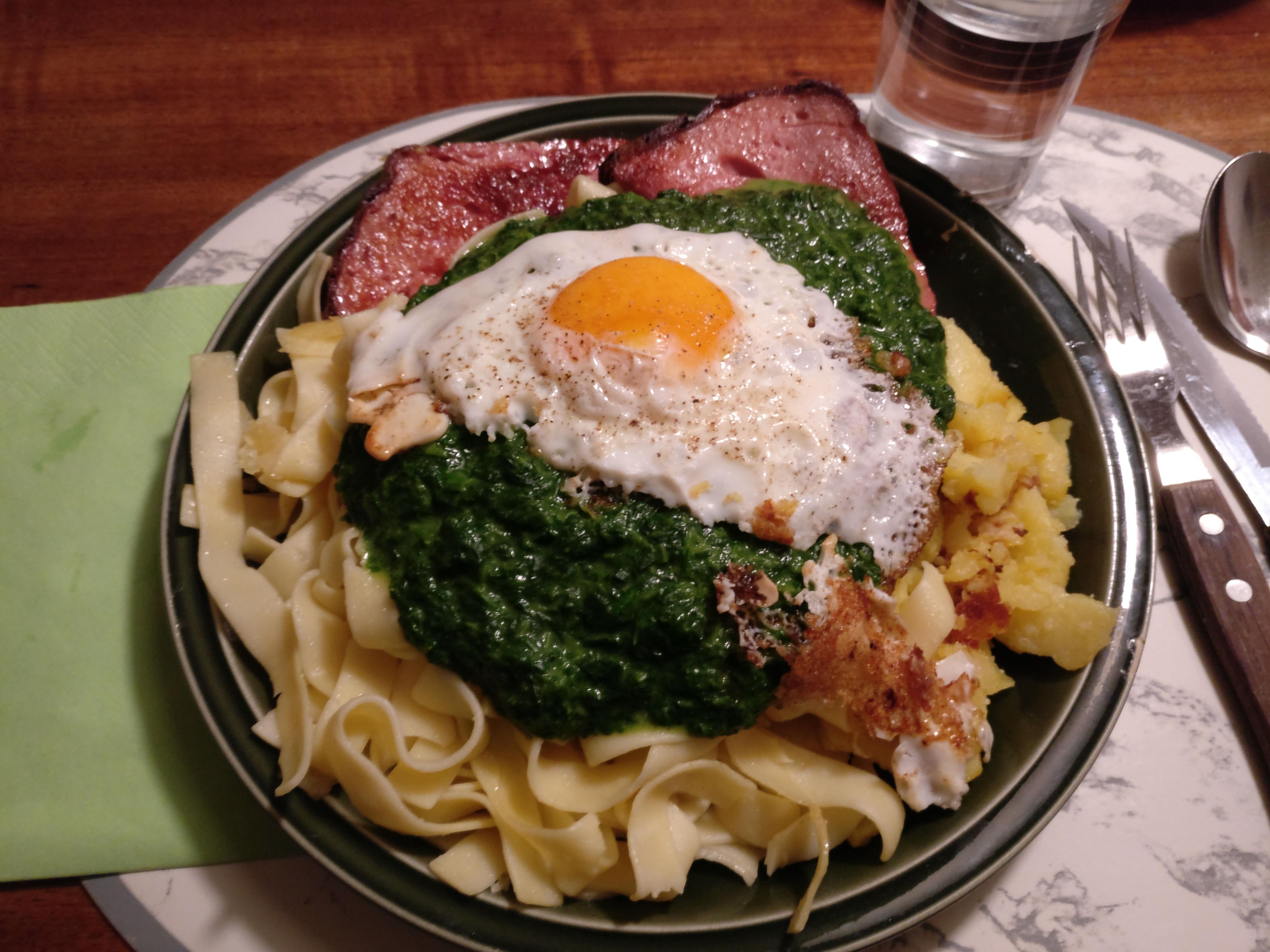 https://foodloader.net/nico_2016-12-21_fleischkaese-nudeln-bratkartoffeln-spiegelei-spinat.jpg