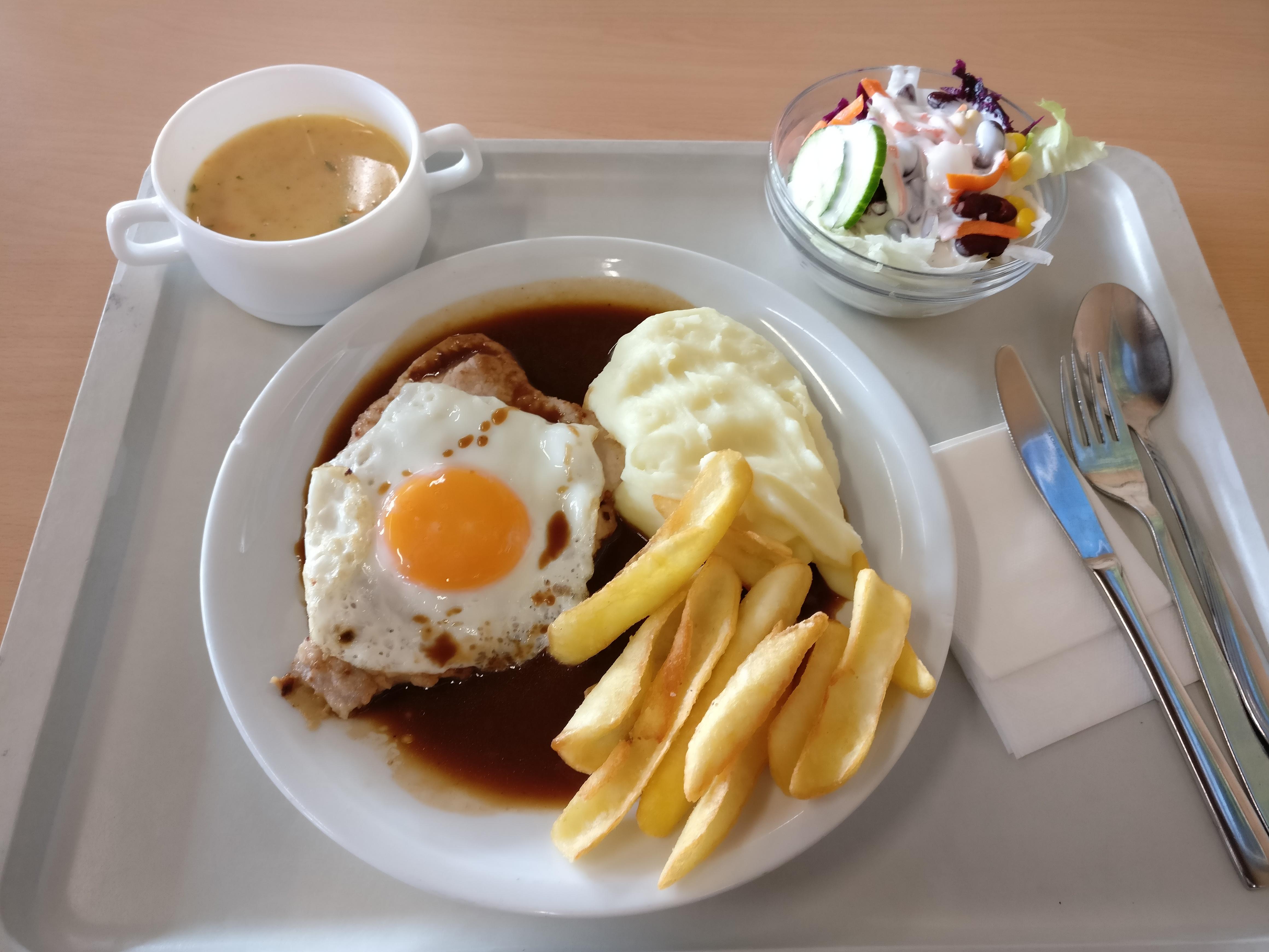 https://foodloader.net/nico_2016-12-21_schweinesteak-spiegelei-kartoffelpuree-pommes-suppe-salat.jpg