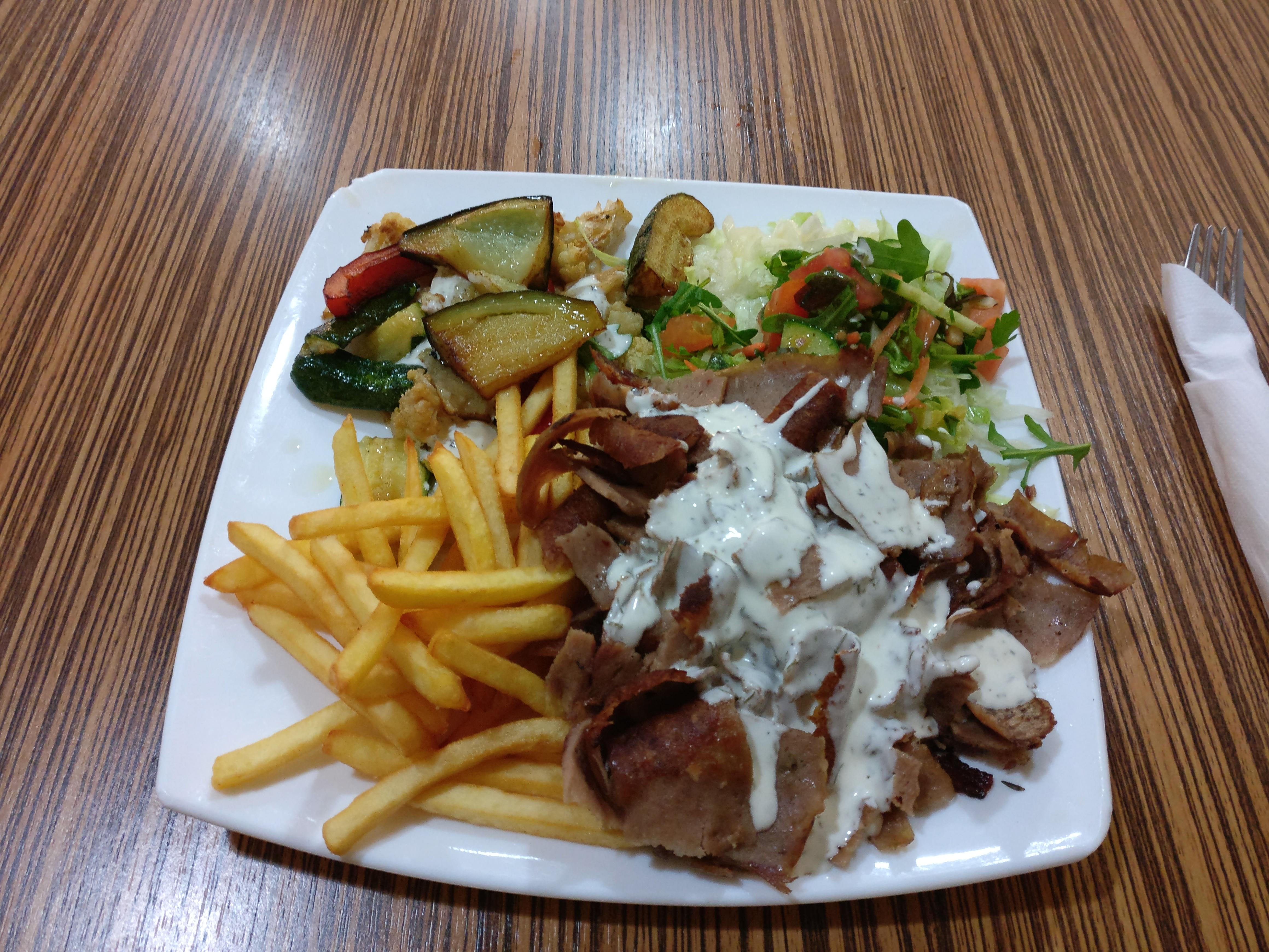 http://foodloader.net/nico_2017-02-16_doenerteller-pommes-grillgemuese-salat.jpg