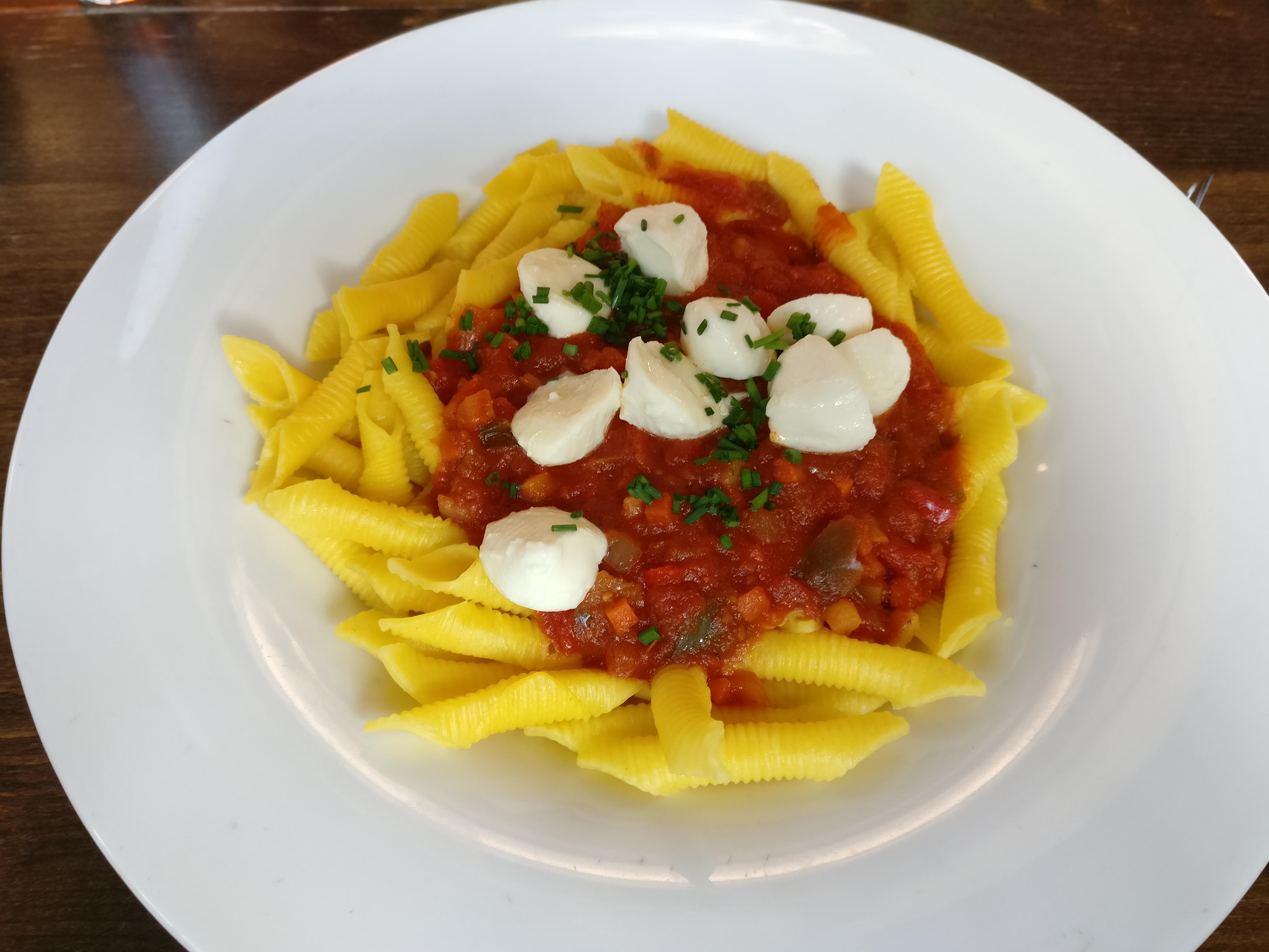 https://foodloader.net/nico_2017-02-16_nudeln-mit-tomaten-mozarella-sauce.jpg