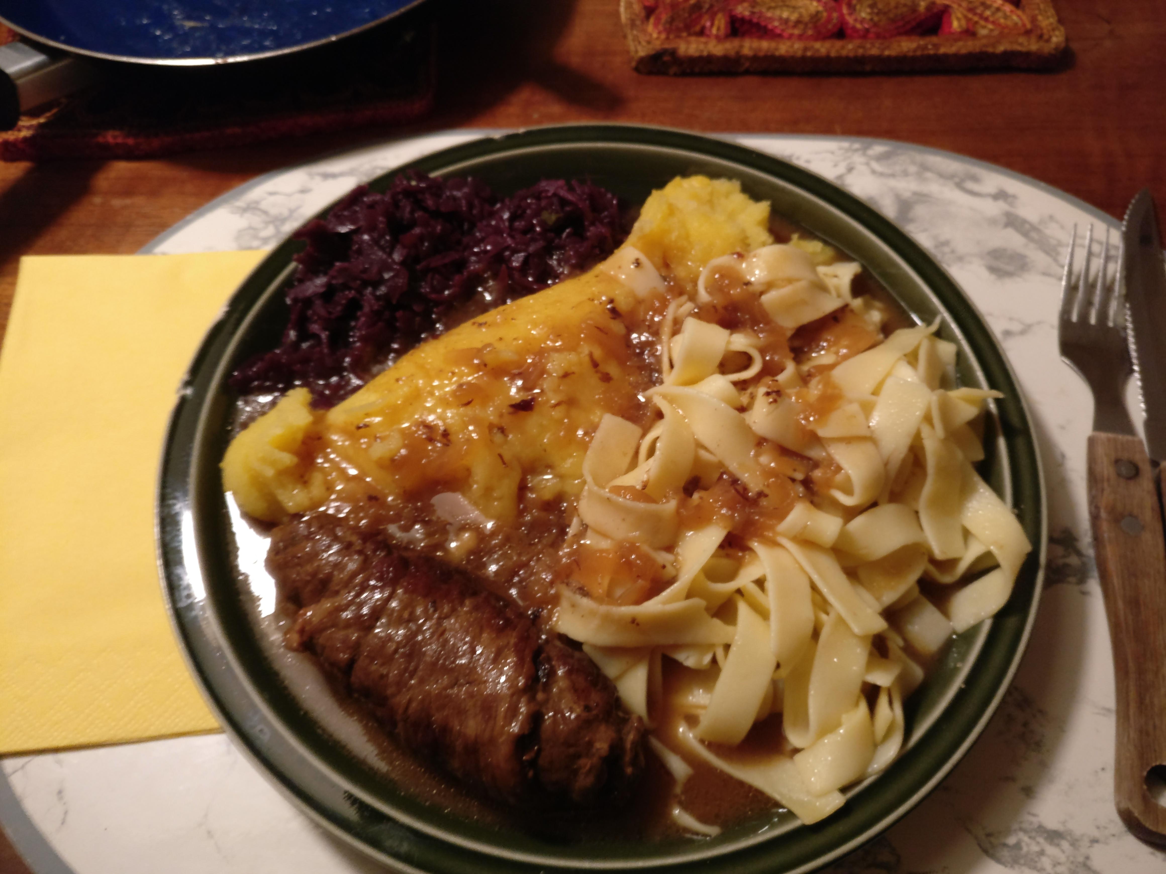 https://foodloader.net/nico_2017-03-22_roulade-kartoffelpuree-nudeln-rotkraut.jpg