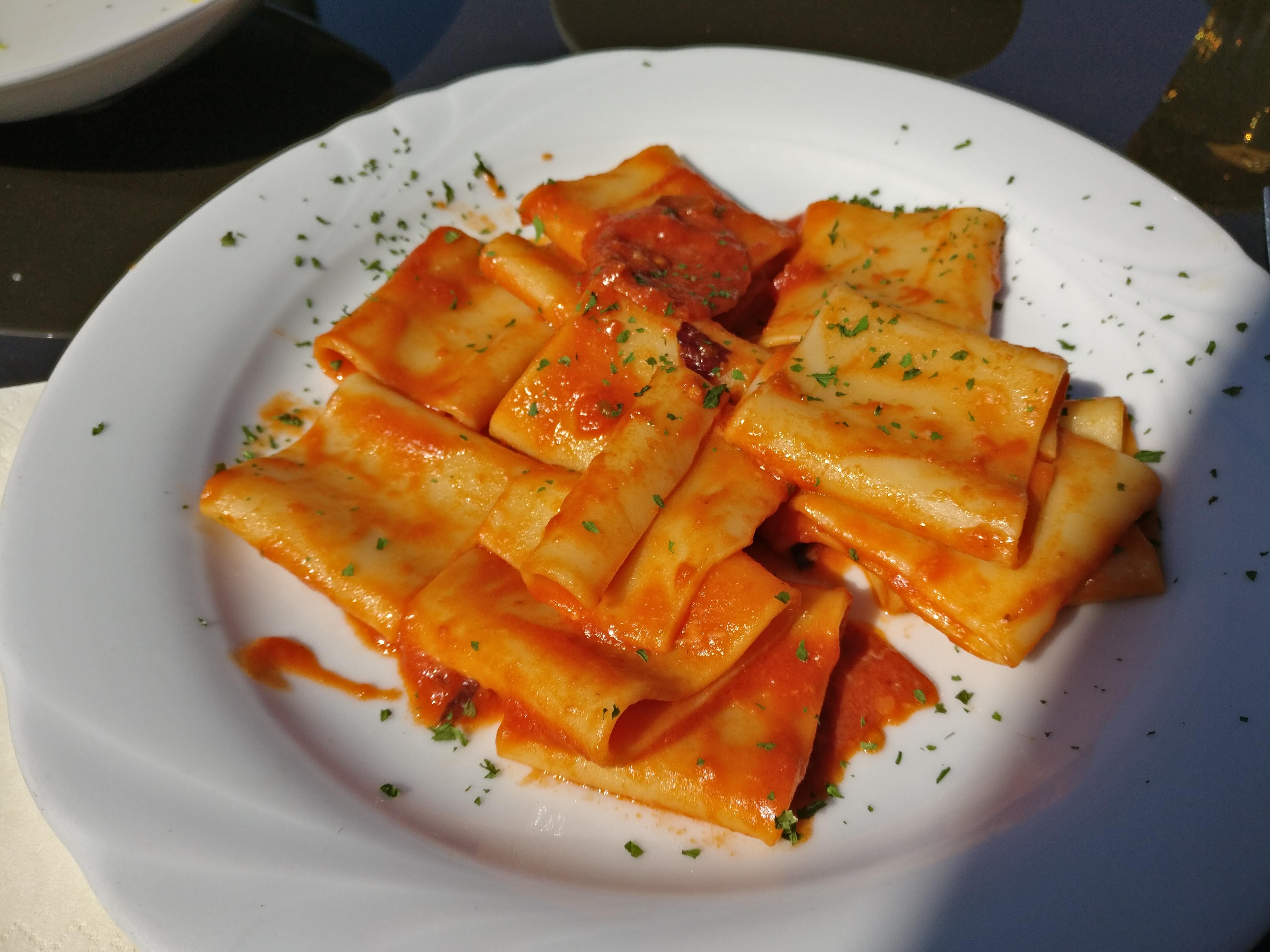 https://foodloader.net/nico_2017-03-28_nudeln-mit-tomaten-salami-sauce.jpg